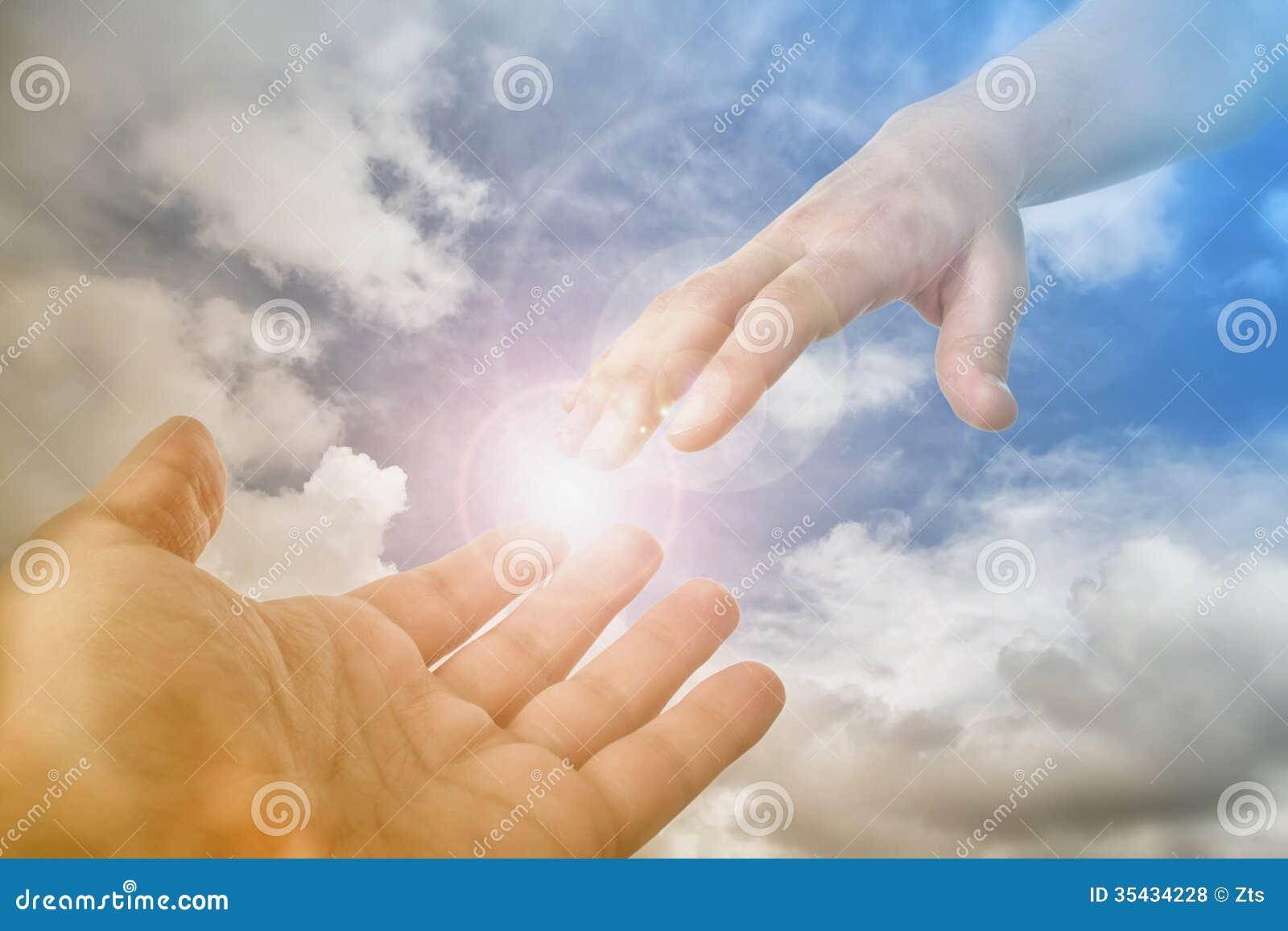 Mão do deus que alcança para o fiel