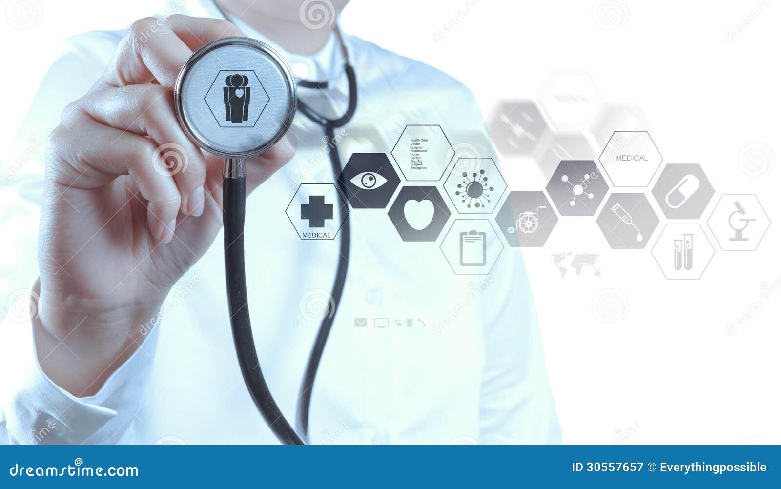 Mão do doutor da medicina que trabalha com relação moderna do computador