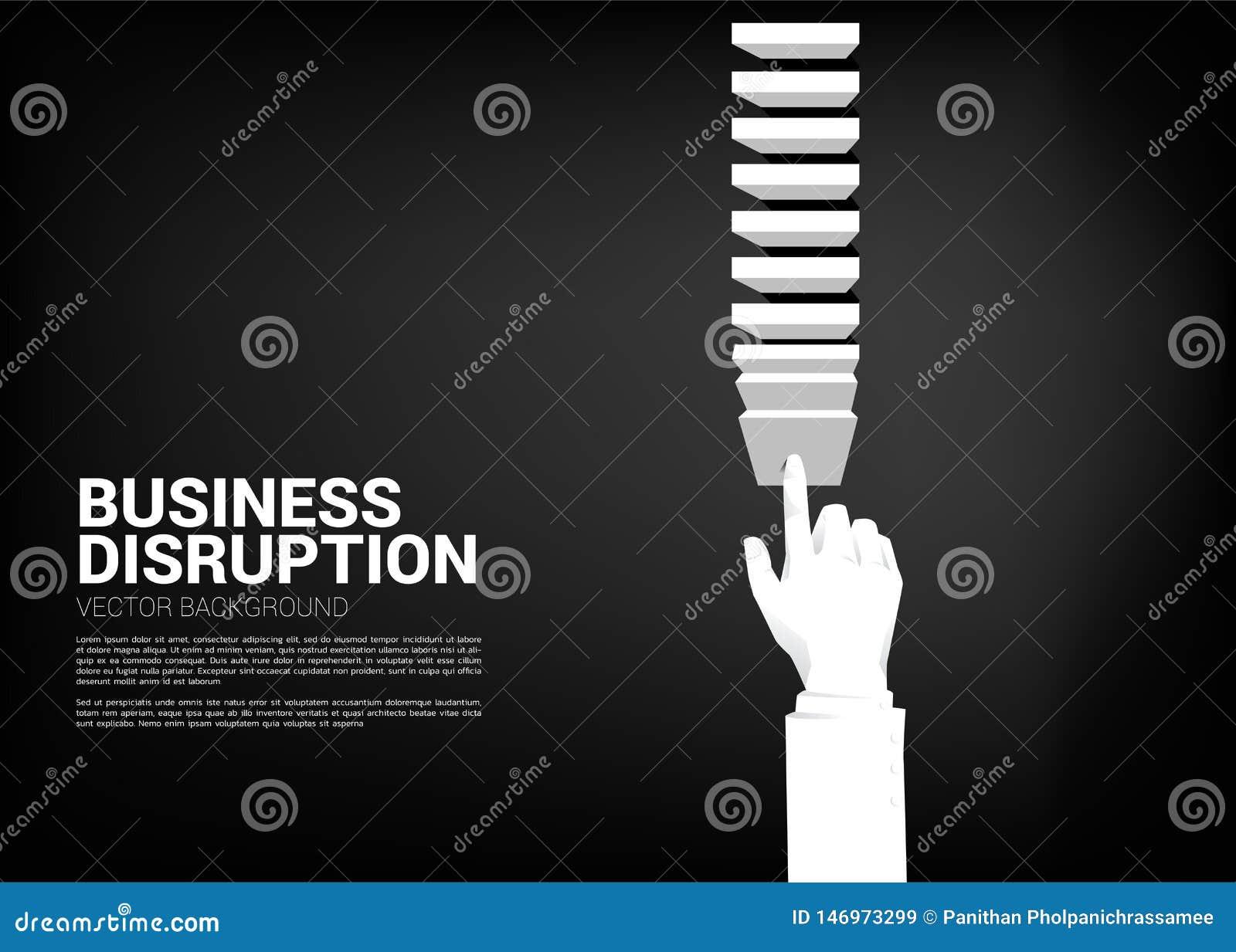 Mão do homem de negócios que empurra o bloco para criar o efeito de dominó para bater o objetivo