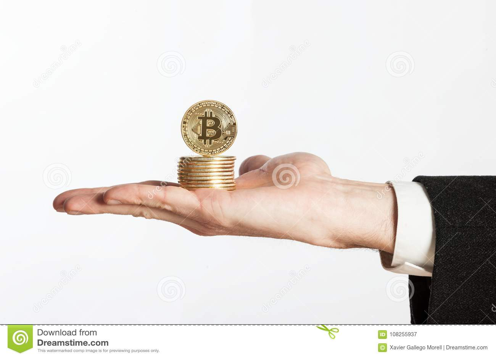 Mão do homem de negócios que guarda bitcoins