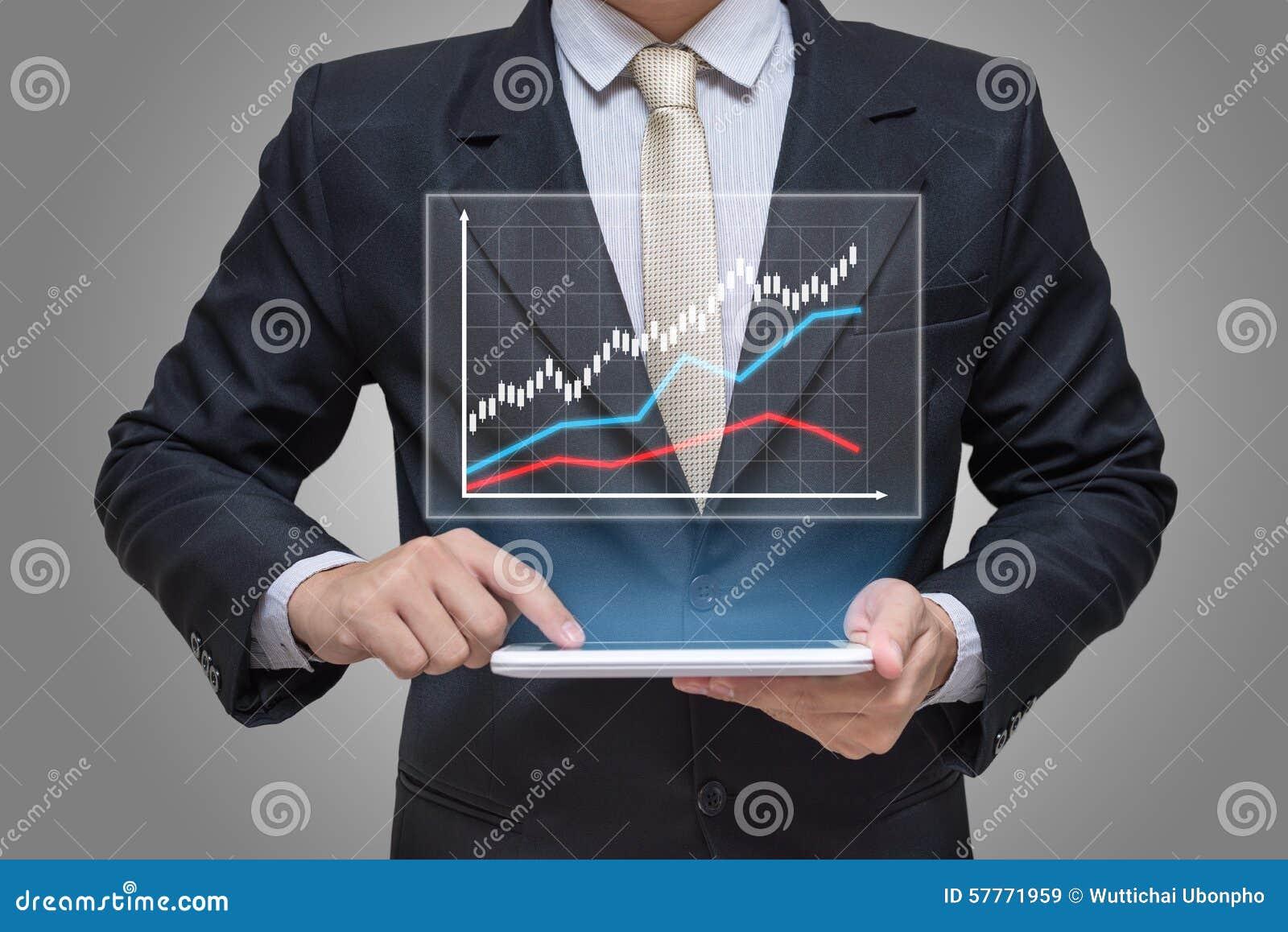 Mão do homem de negócios que guarda a finança do gráfico da tabuleta no fundo cinzento