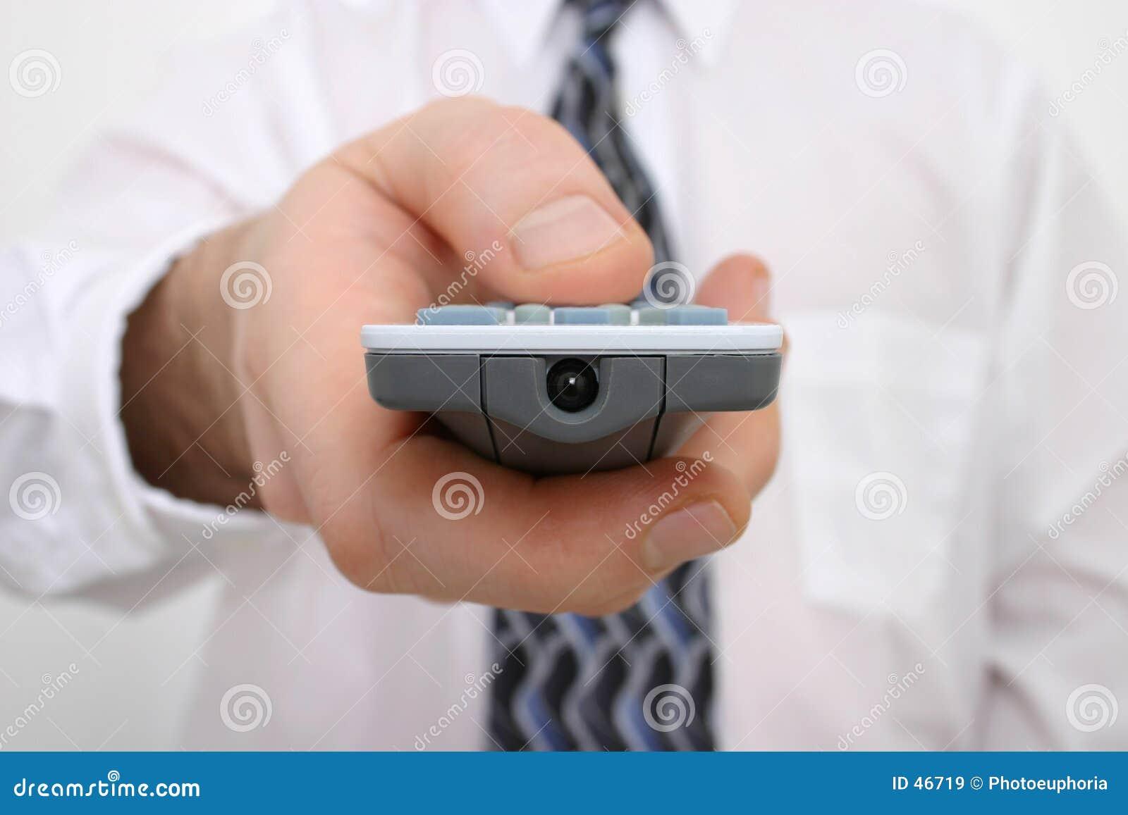 Mão do homem em um de controle remoto