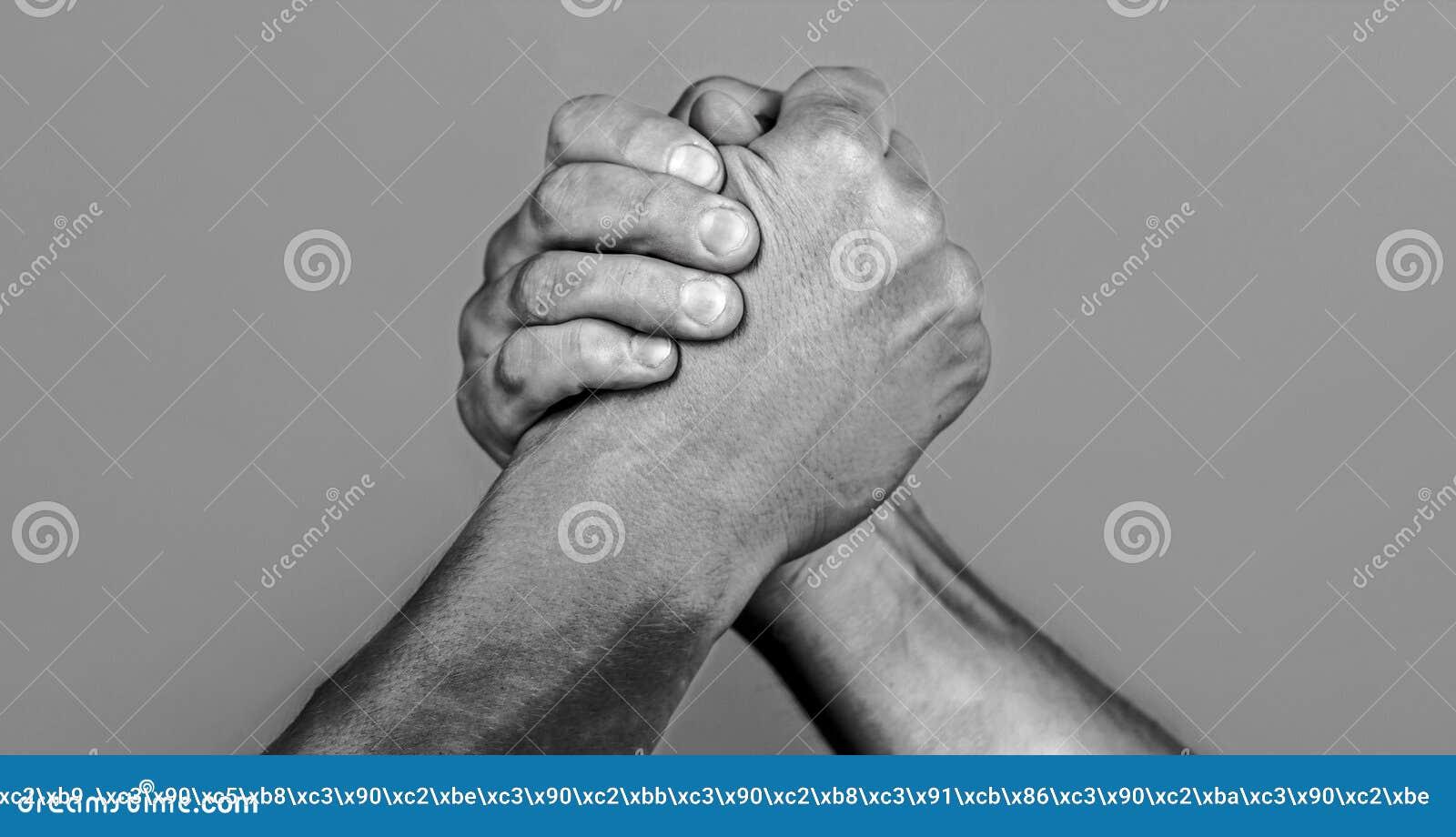 Mão do homem Wrestling de braço de dois homens Luta romana de braços Closep acima Aperto de mão amigável, amigos cumprimento, tra