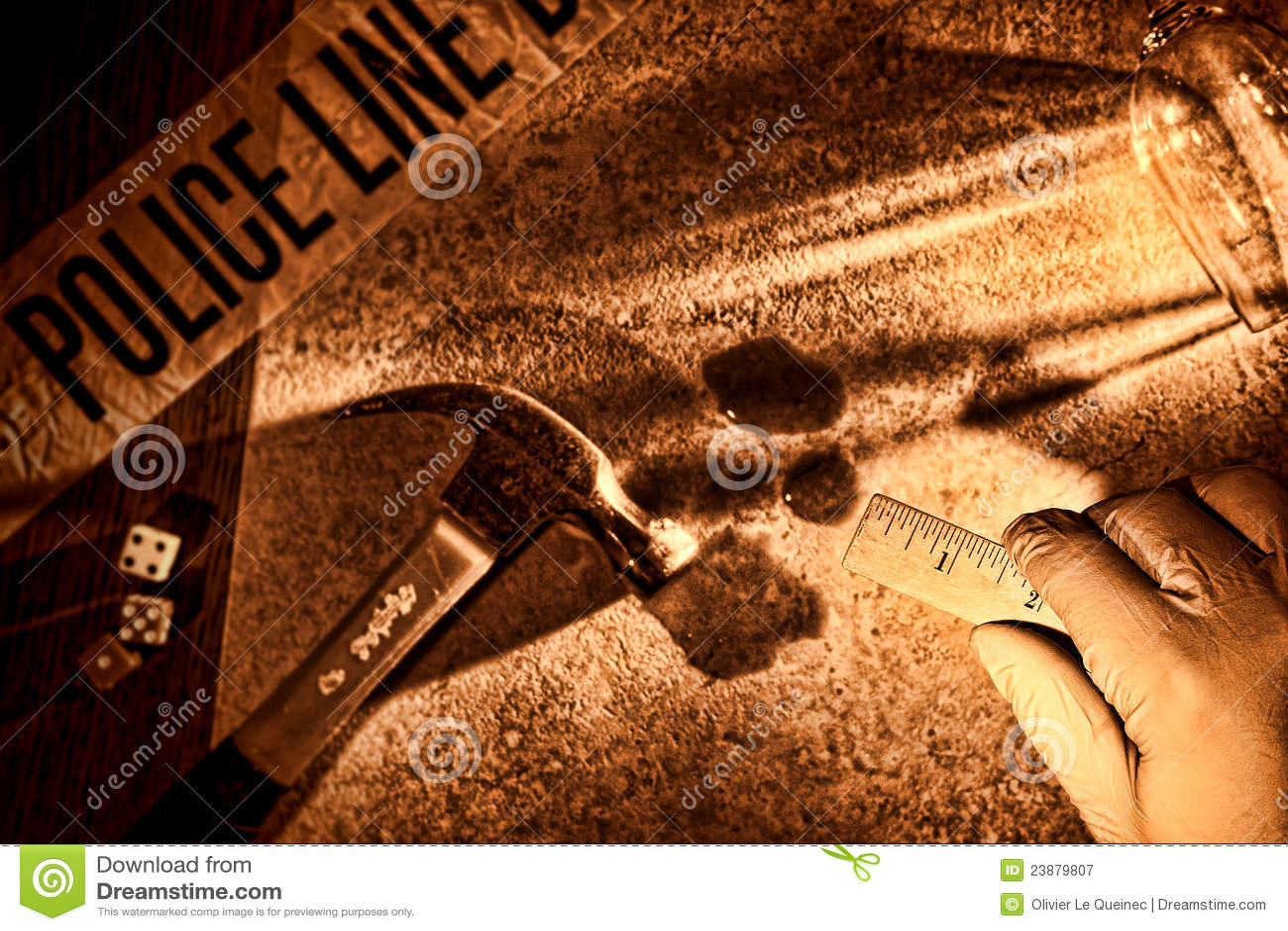 Mão do investigador da polícia na cena do crime do assassinato de CSI