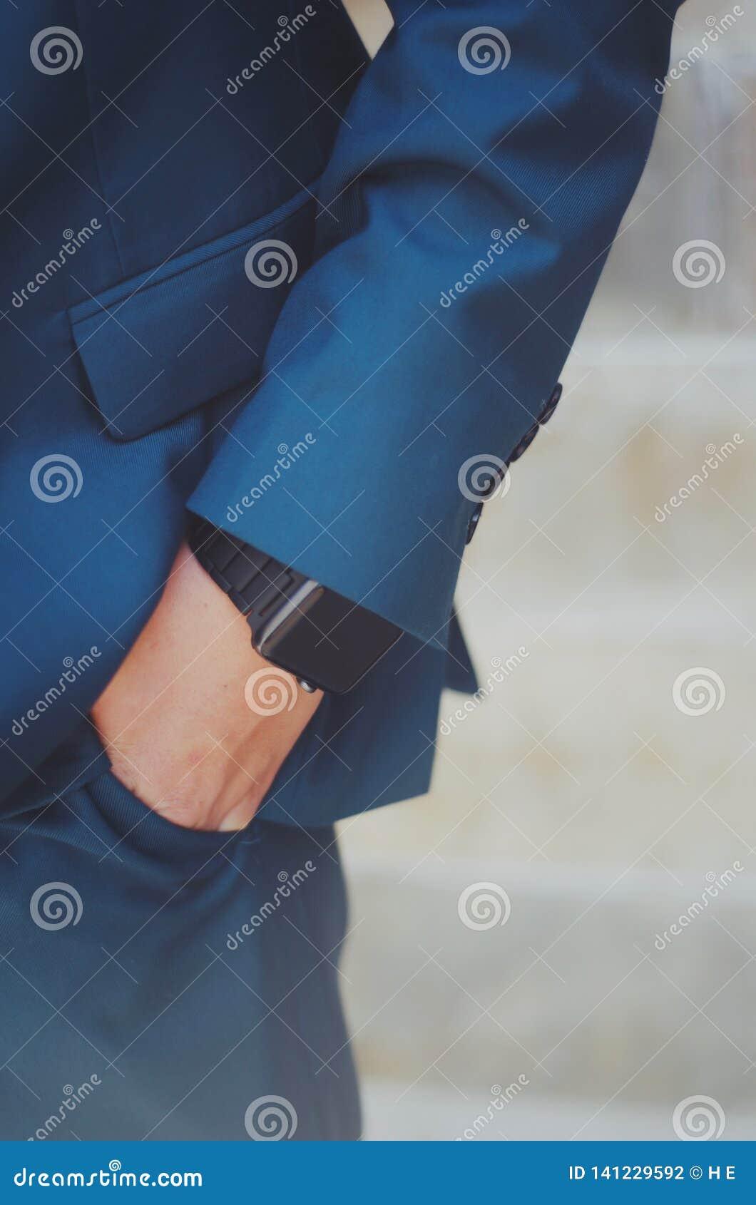 Mão do menino no bolso