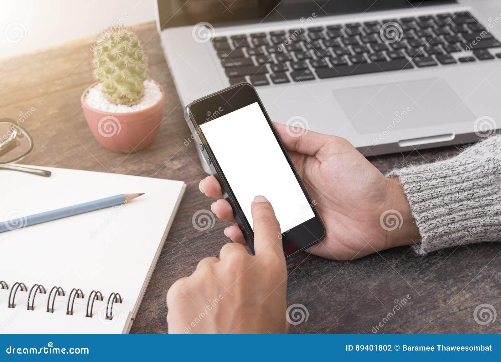 Mão do negócio que mantém o telefone esperto com tela branca isolado
