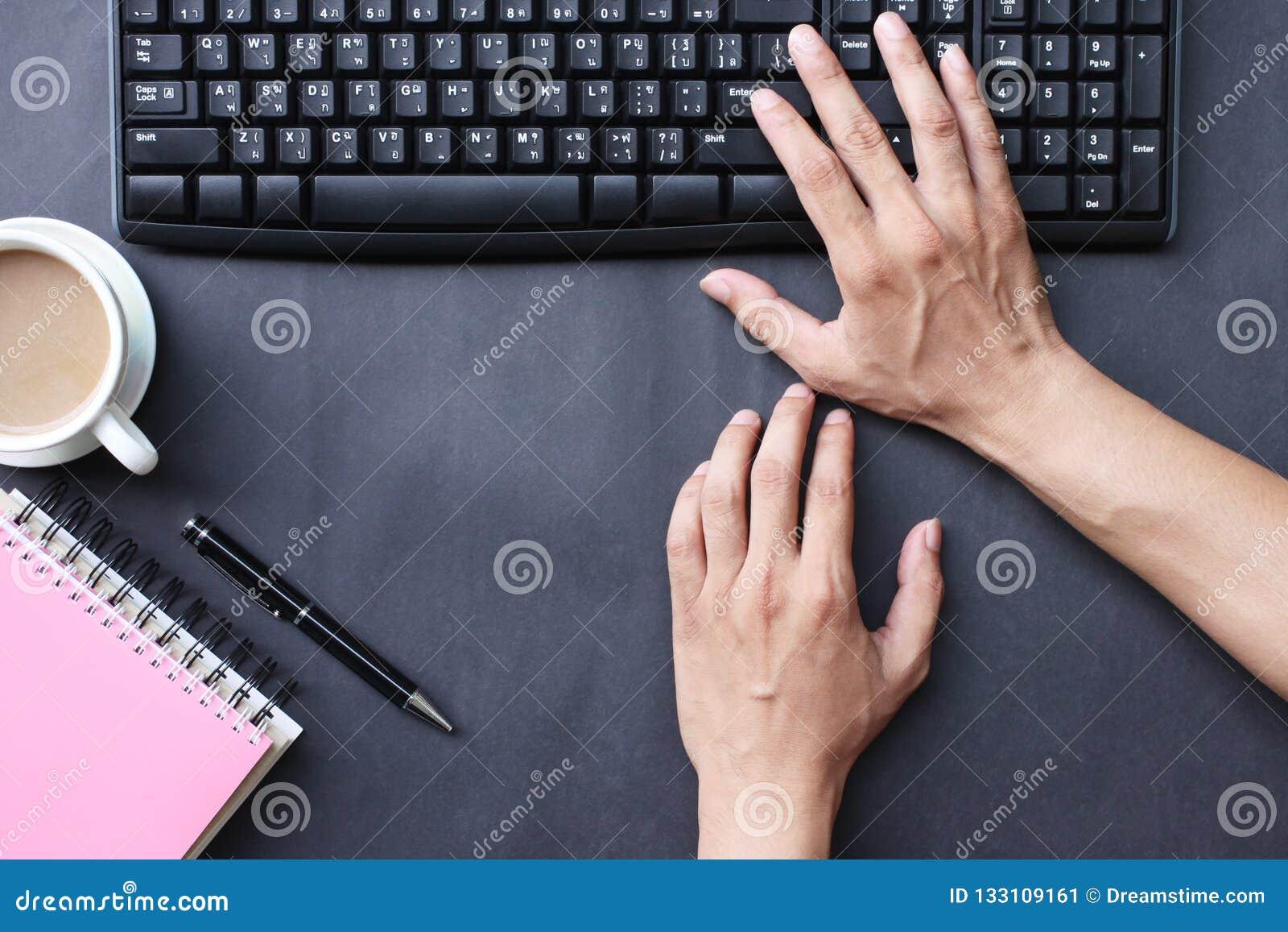 Mão do negócio do trabalho de impressão do homem de negócios no escritório