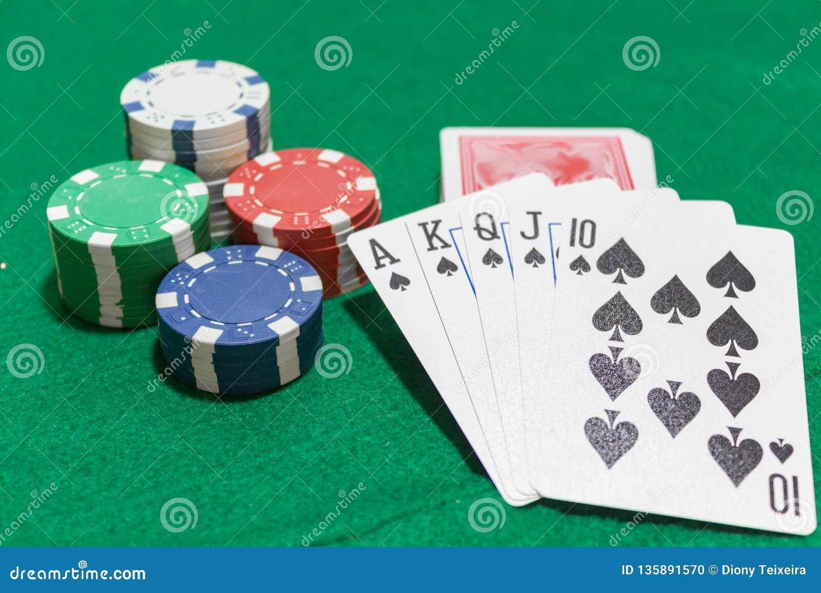 Mão do pôquer, resplendor real das pás, microplaquetas no fundo verde