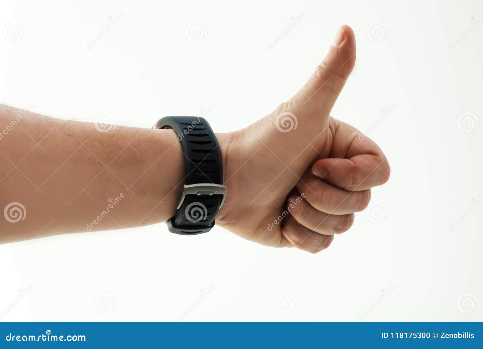 Mão do ` s dos homens com o relógio esperto no fundo branco Polegares acima Sucesso Emoção humana