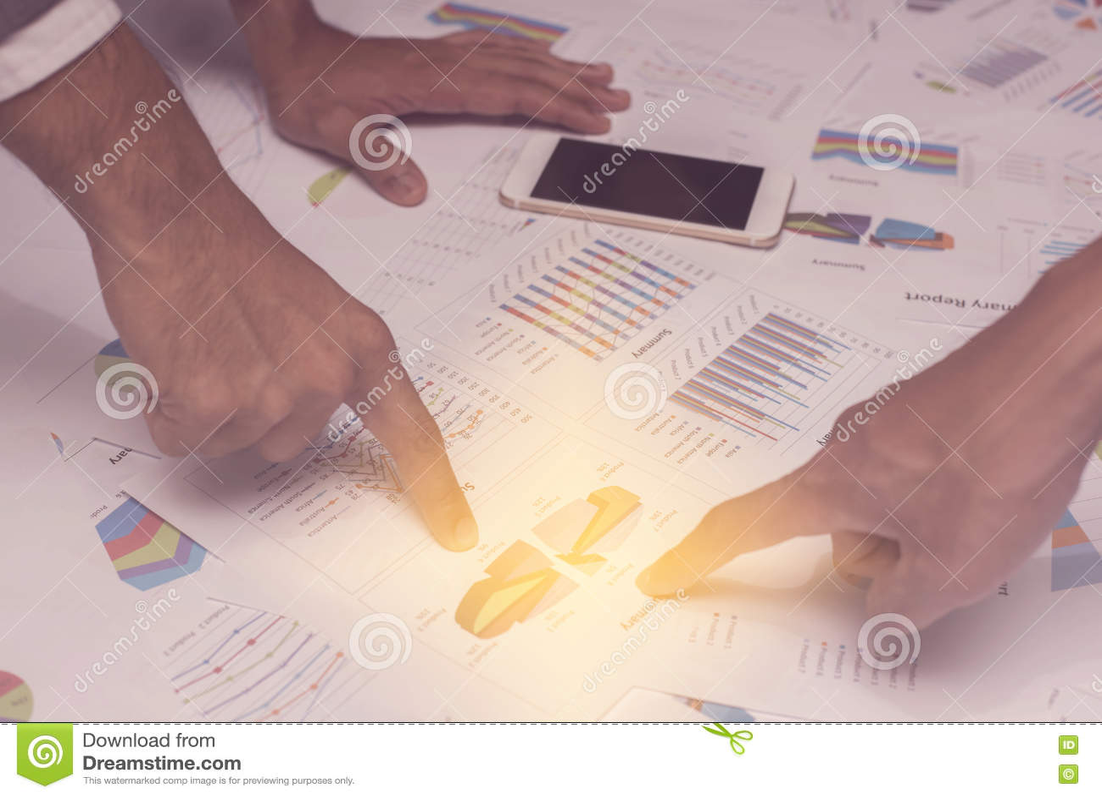 Mão dos executivos novos que analisam o original do gráfico e da carta