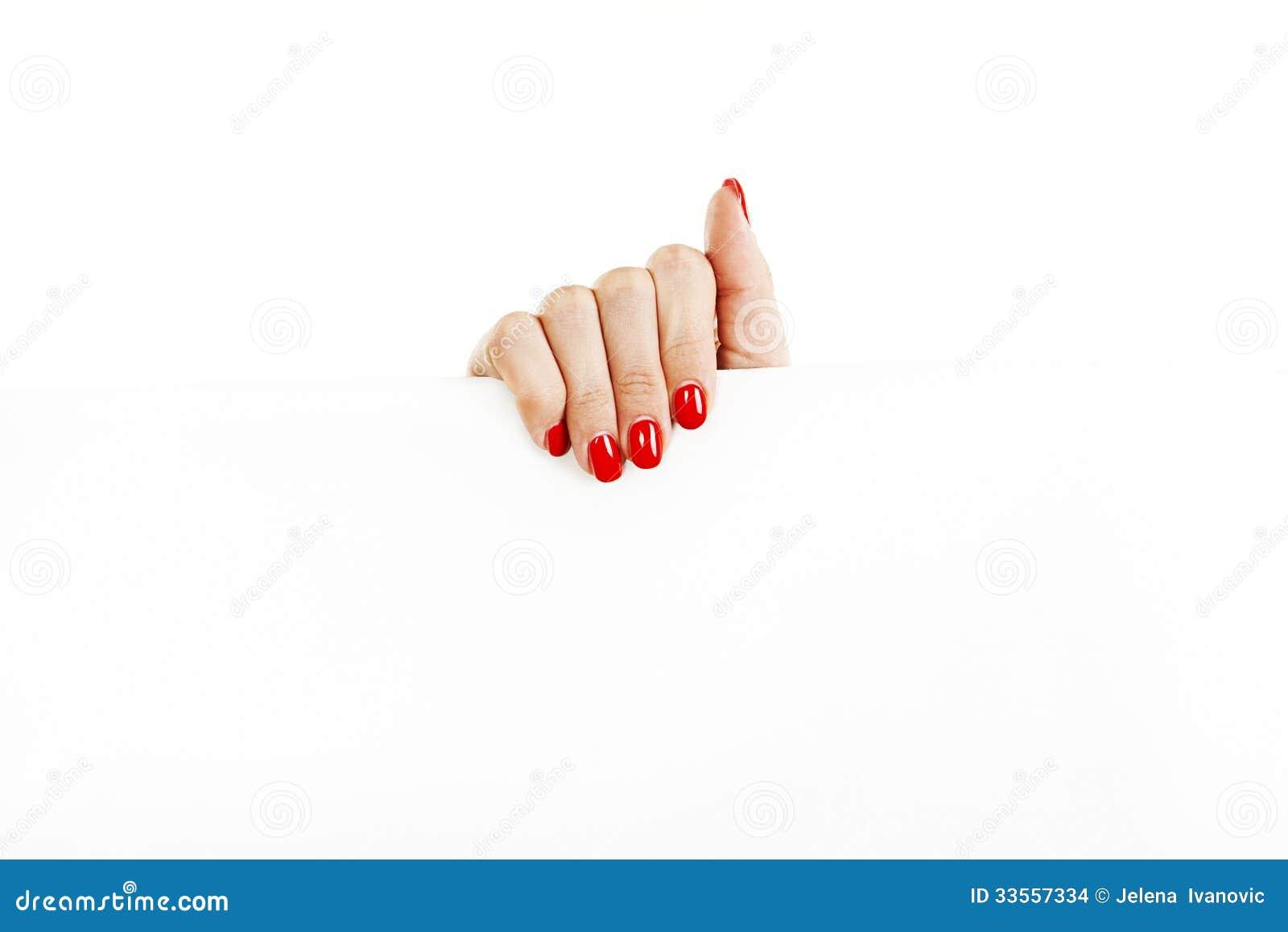 Mão fêmea bonita com os pregos vermelhos que guardaram um sinal vazio