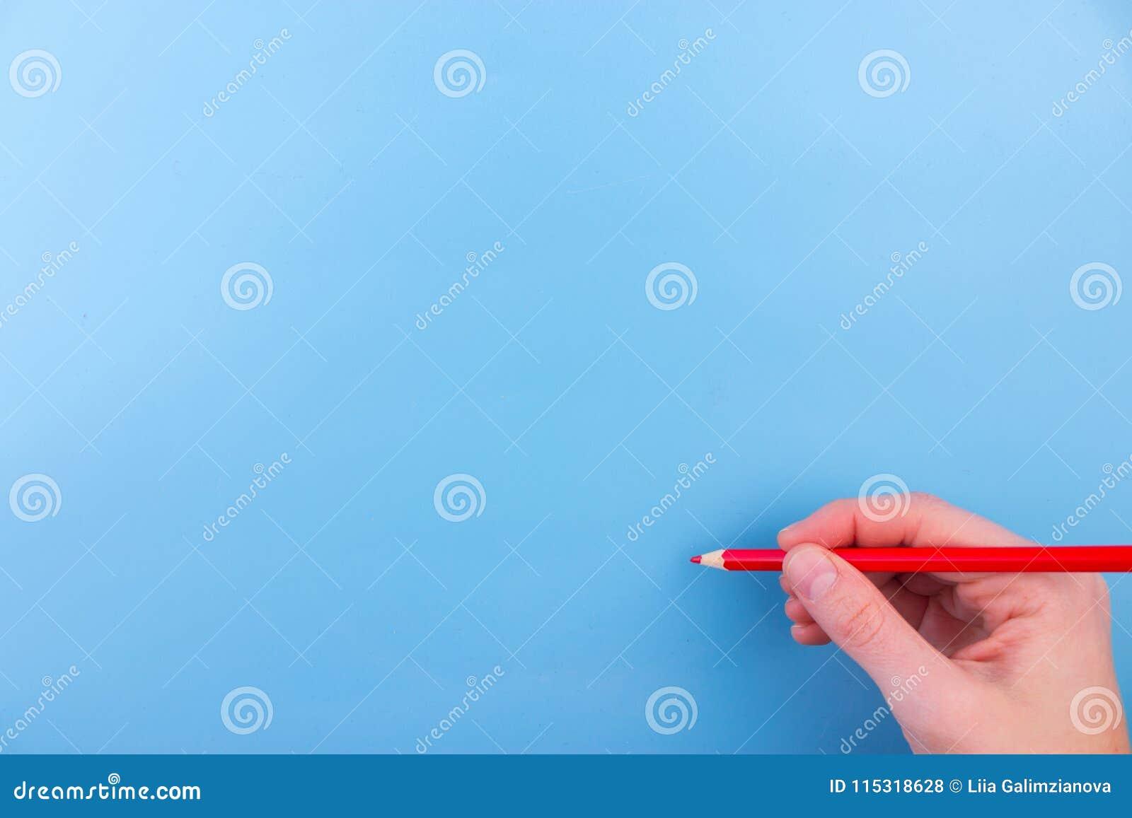 A mão fêmea está pronta para tirar com marcador vermelho