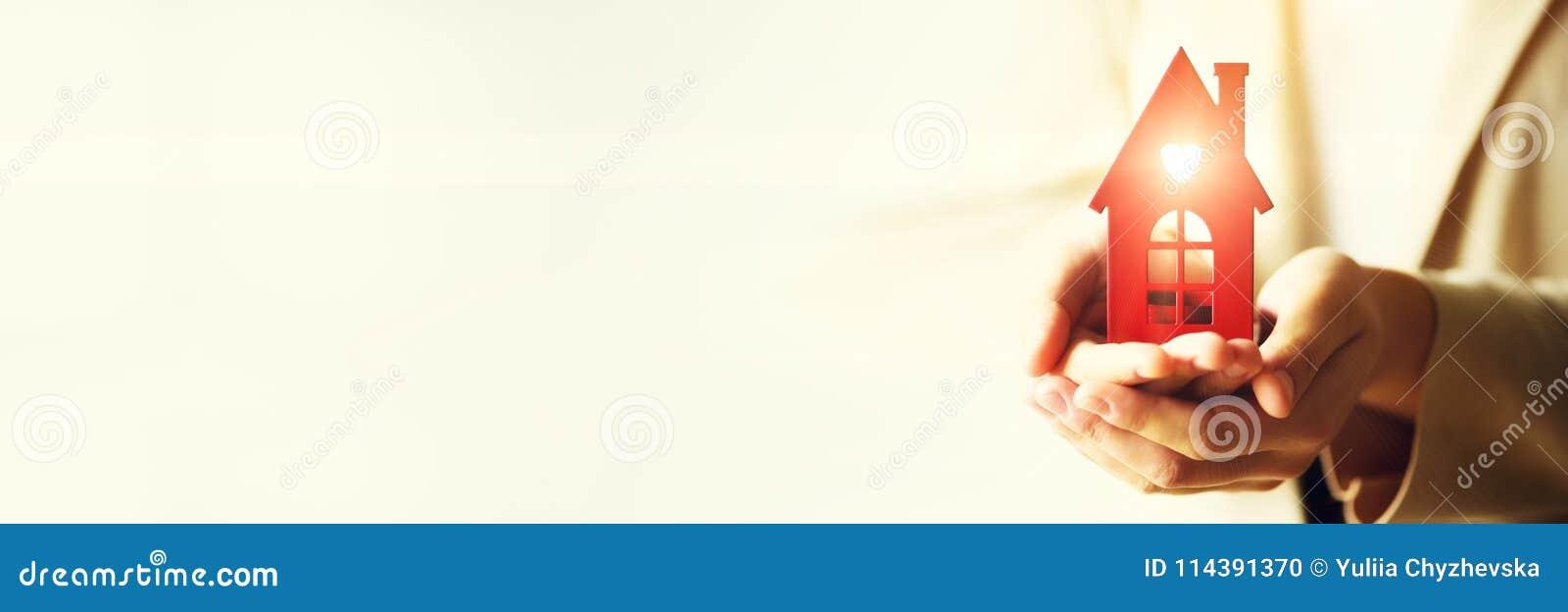 Mão fêmea que guarda a chave da casa, mediador imobiliário Seguro patrimonial, segurança e conceito home acolhedor Copie o espaço