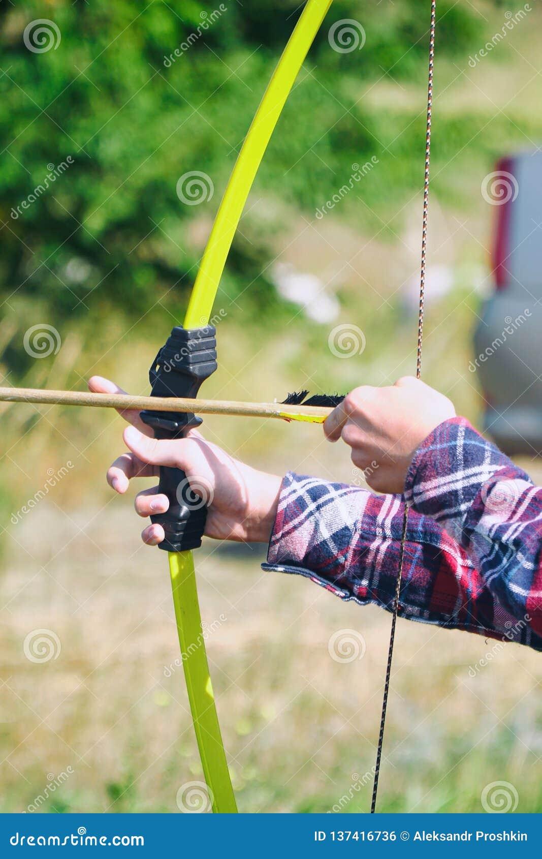 A mão guarda o tiro ao arco e a seta