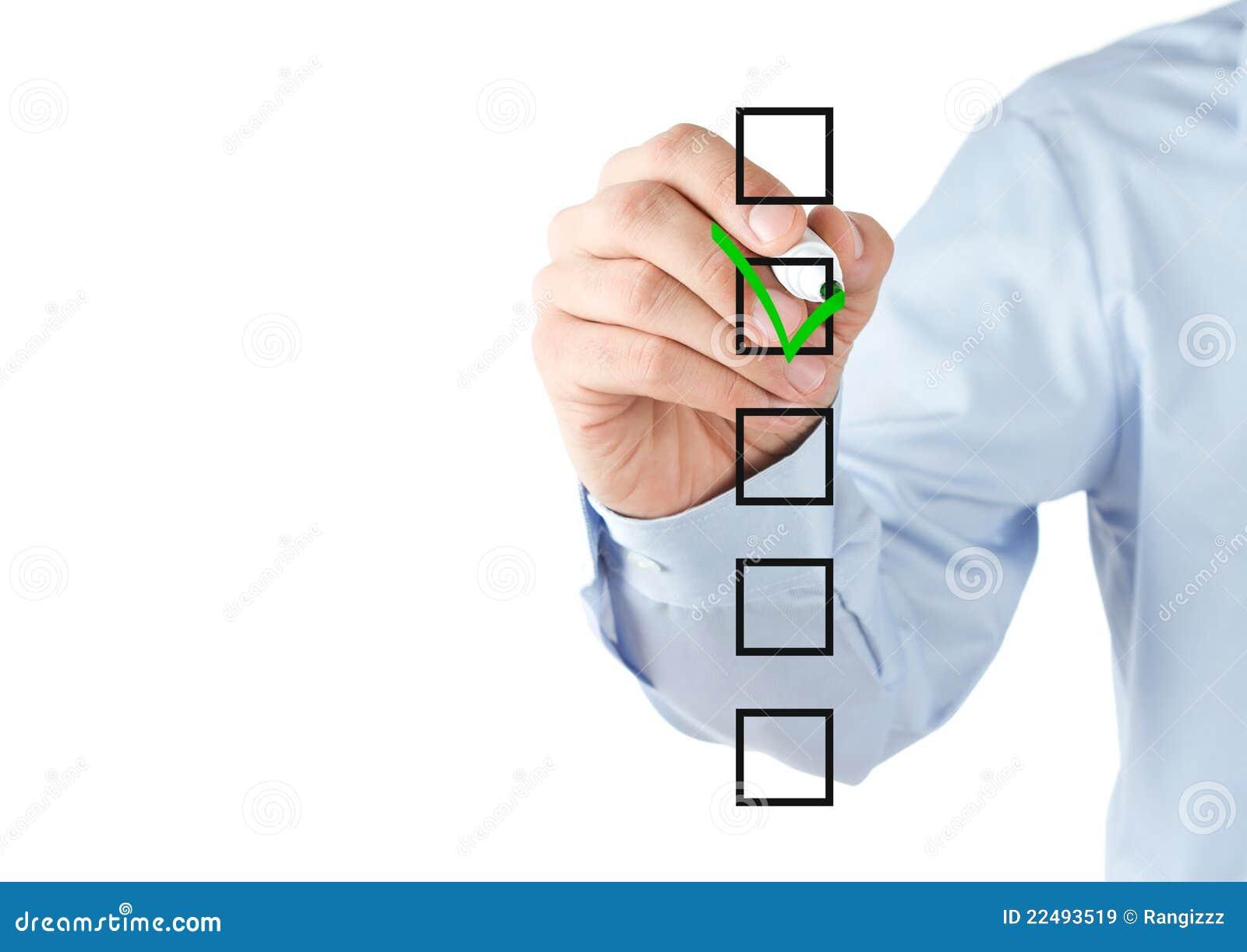 Mão humana que verific as caixas da lista de verificação