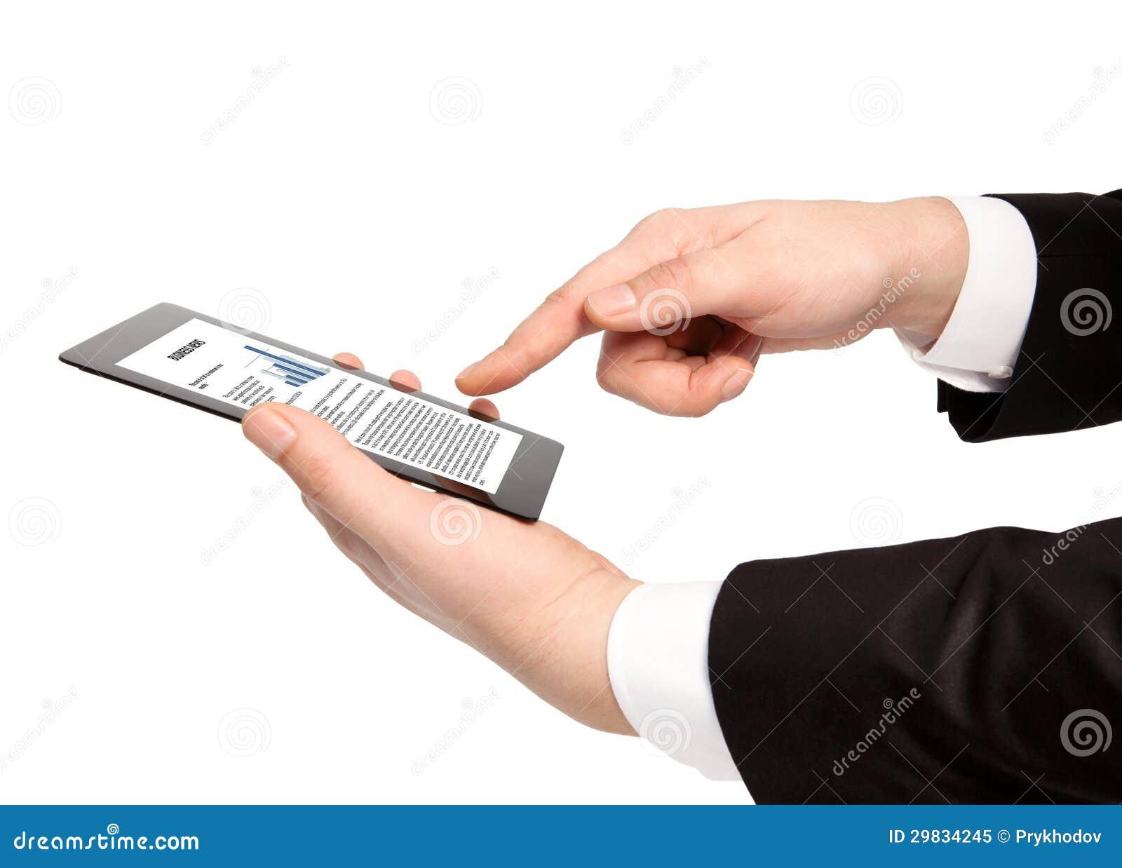 Mão isolada do homem de negócios que guardara a tabuleta com texto do negócio em t