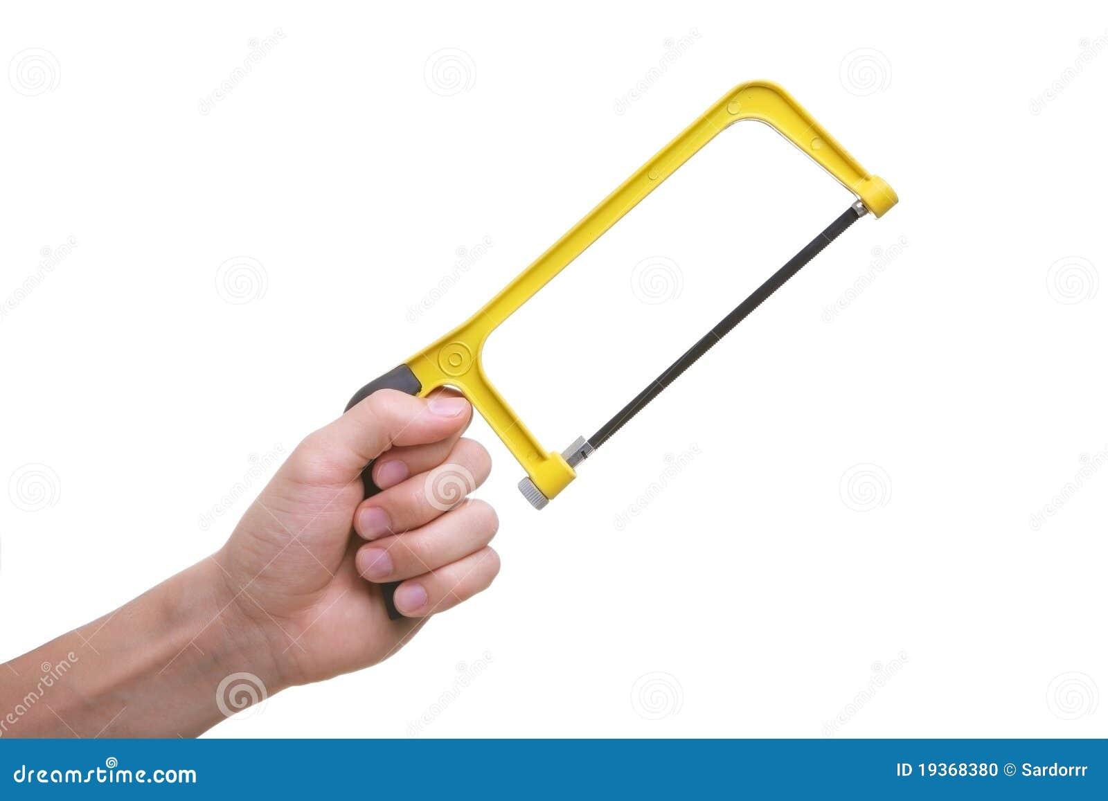 Mão isolada que prende a ferramenta da serra do amarelo