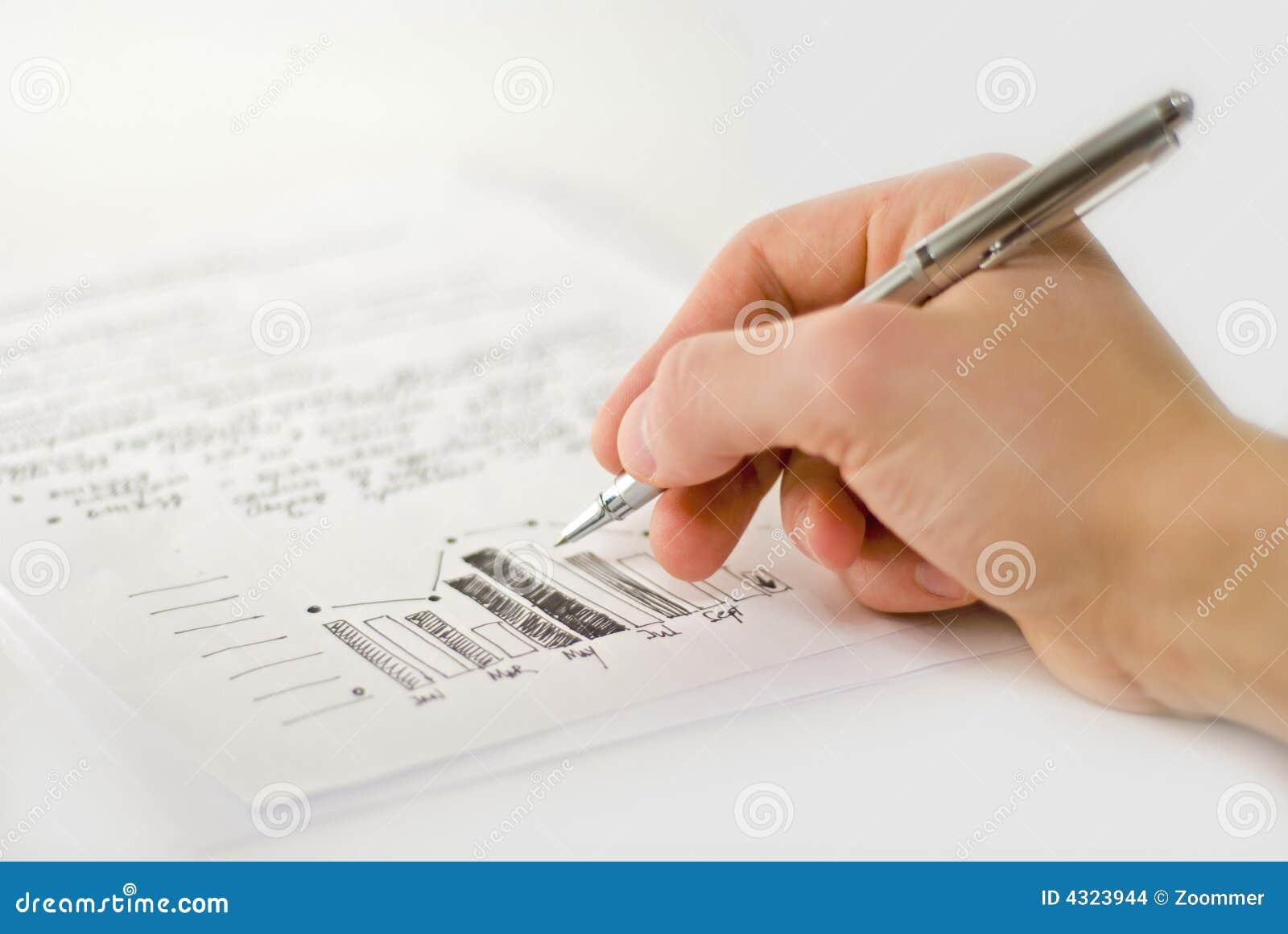 Mão masculina com cartas de negócio e gráfico de barra
