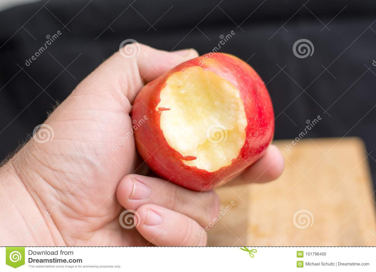 Mão masculina que guarda a maçã