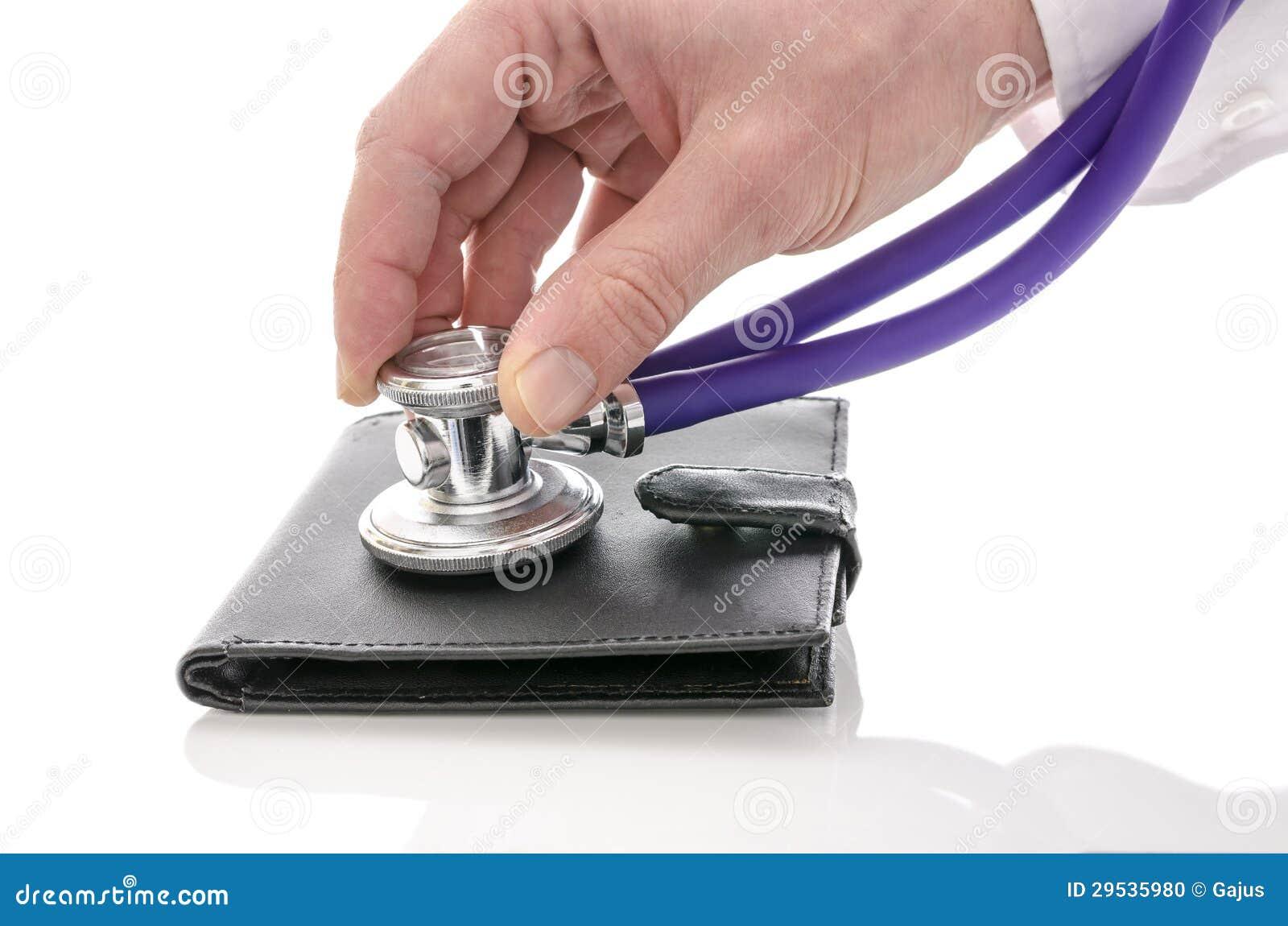 Mão masculina que verifica uma carteira com o estetoscópio