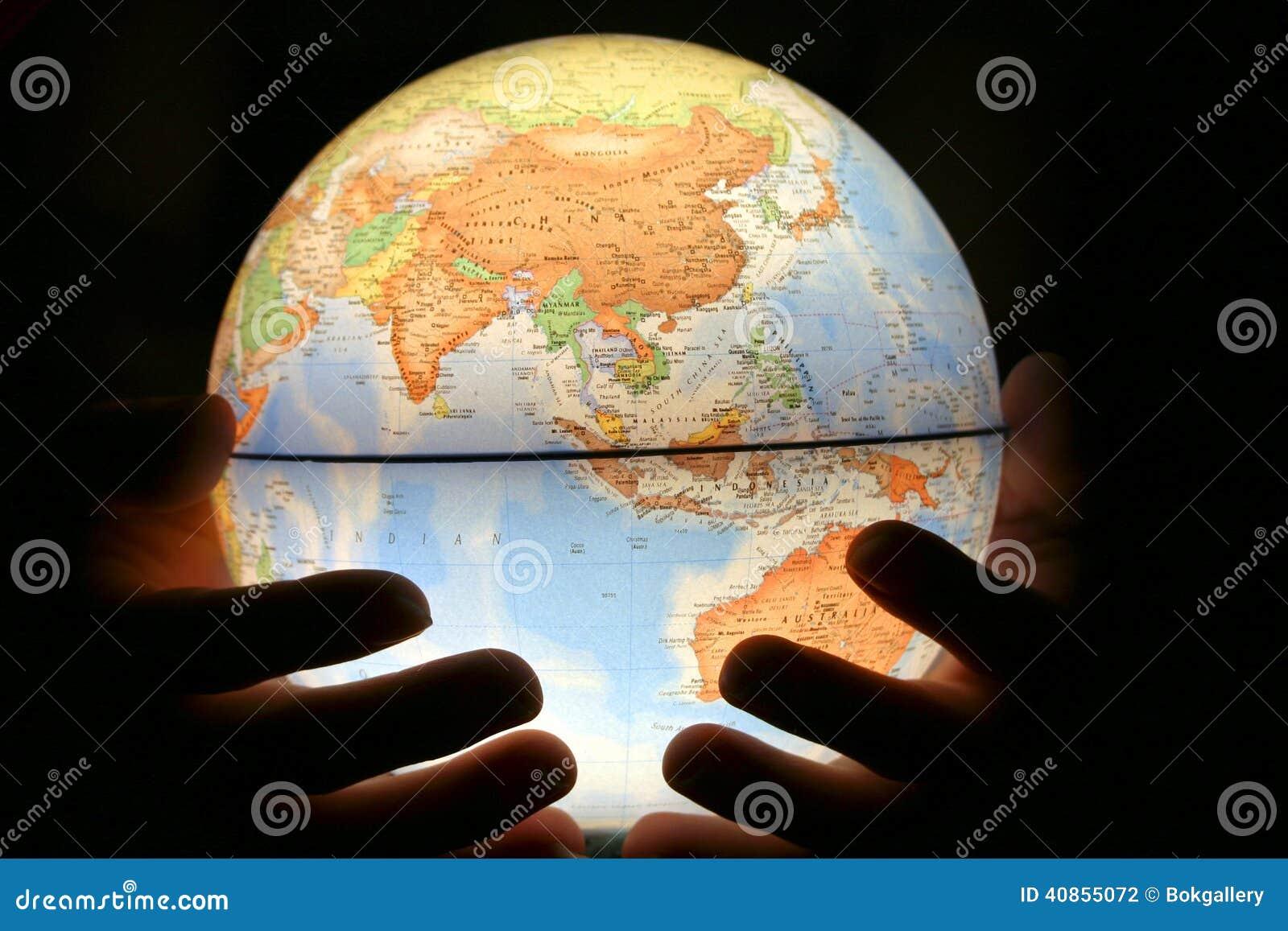 Mão no globo claro