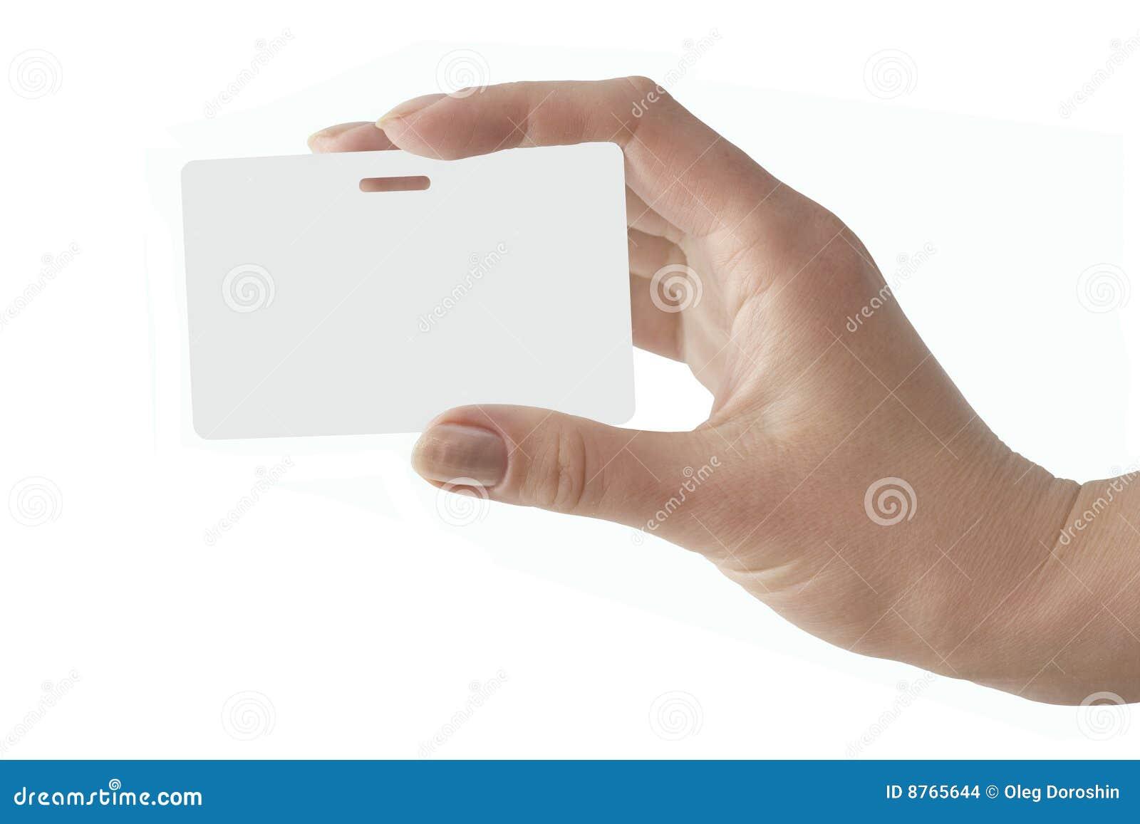 A mão prende um emblema branco