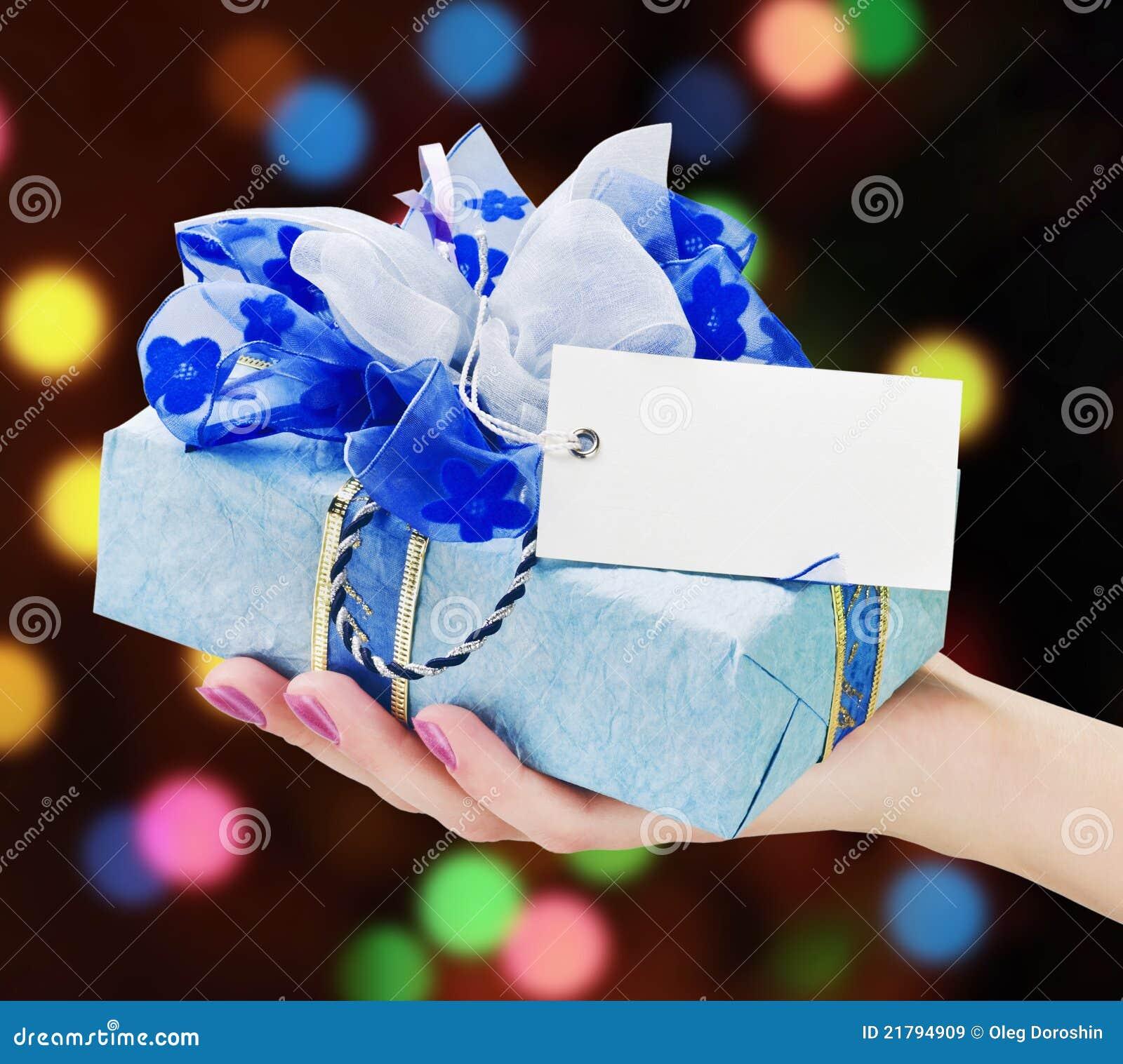 A mão prende um presente