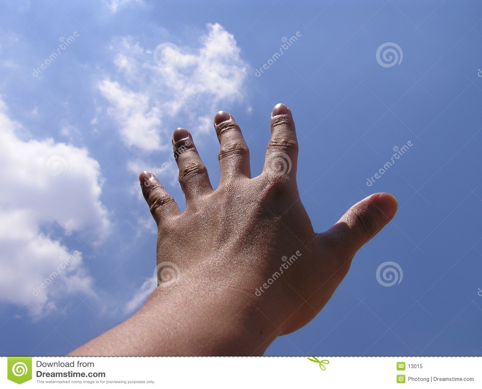 Mão que alcanga para o céu