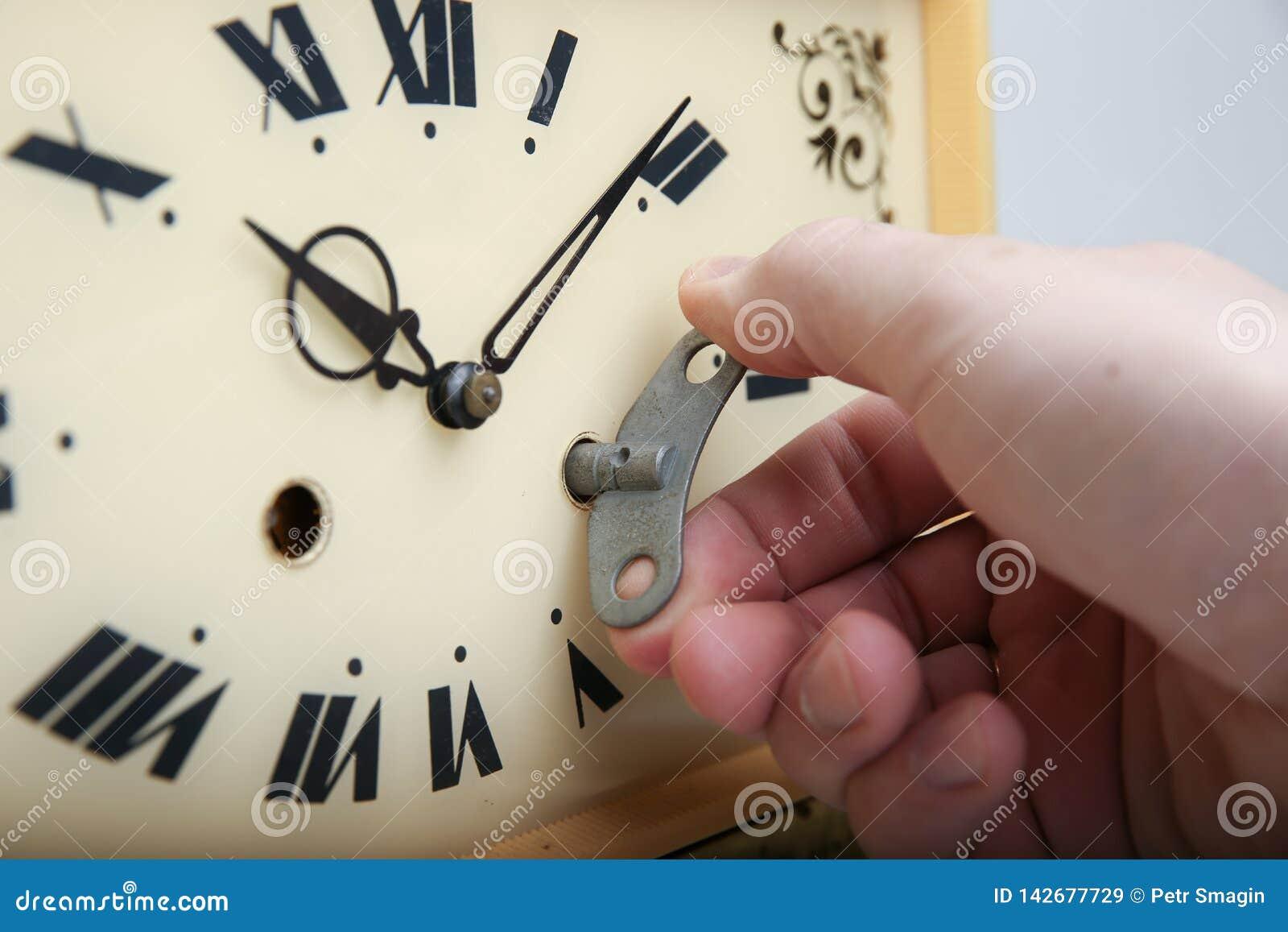 A mão que guarda a chave da conclusão no pulso de disparo
