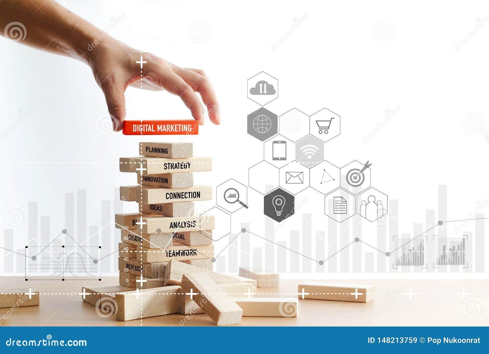 Mão que guarda o bloco de madeira com palavra de mercado digital com conexão de rede digital do ícone na estrutura de blocos de m
