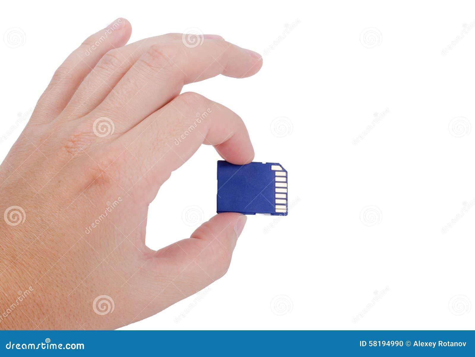 Mão que guarda o cartão do SD no branco