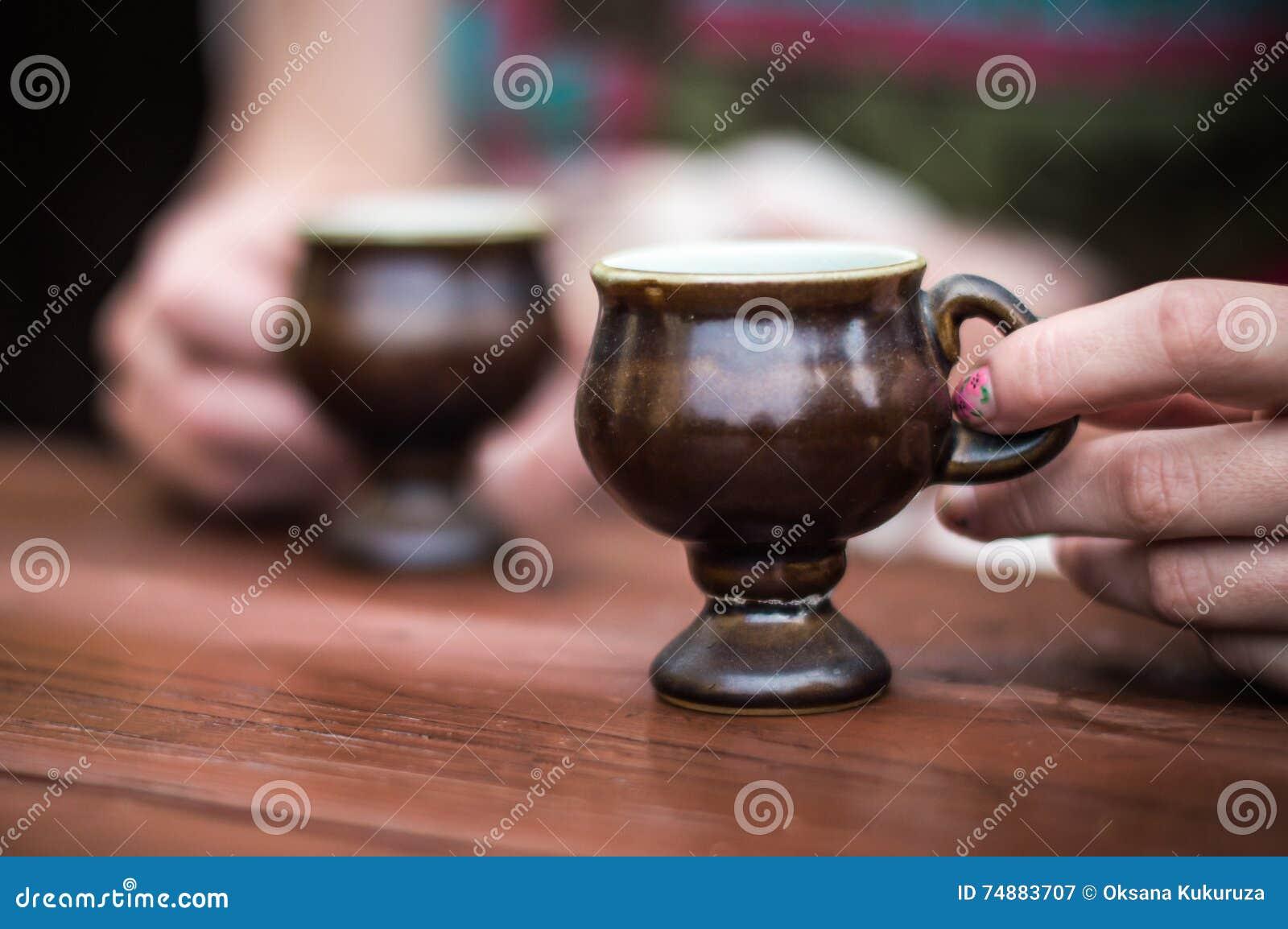 Mão que guarda o copo de café