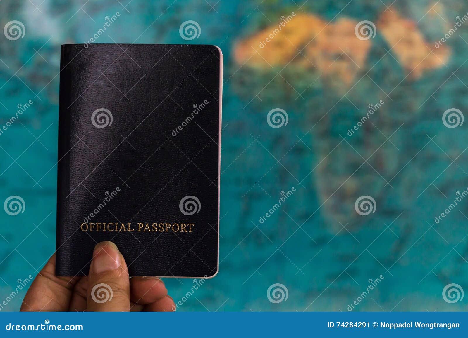 Mão que guarda o passaporte com fundo do mapa