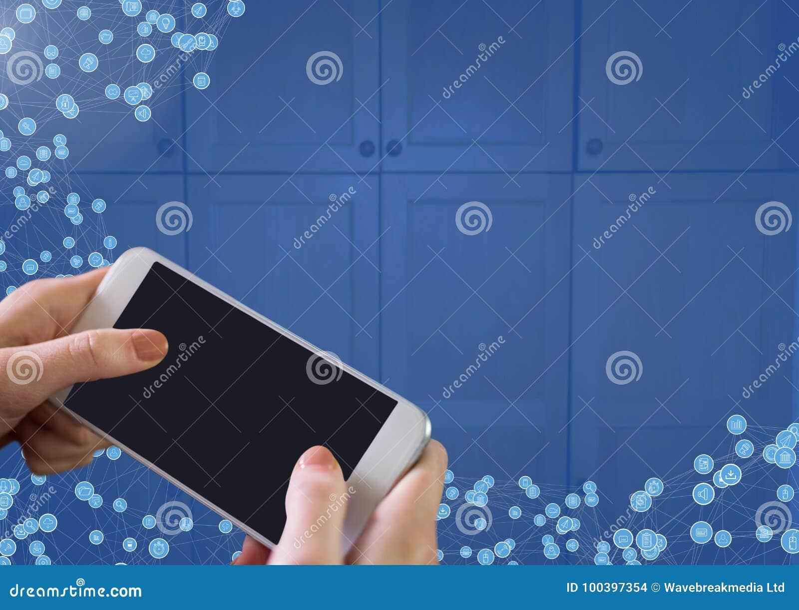 Mão que guarda o telefone com conectores