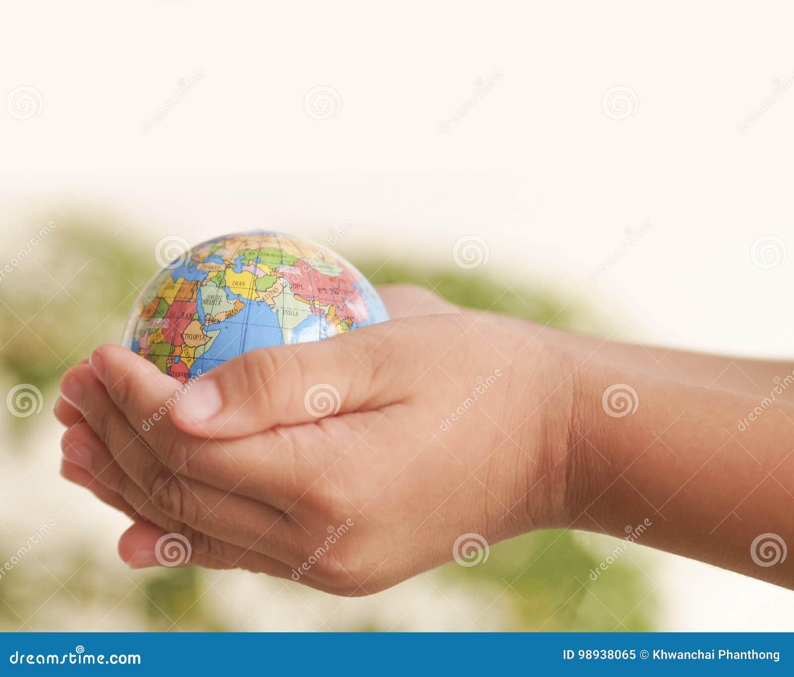 Mão que guardara o globo