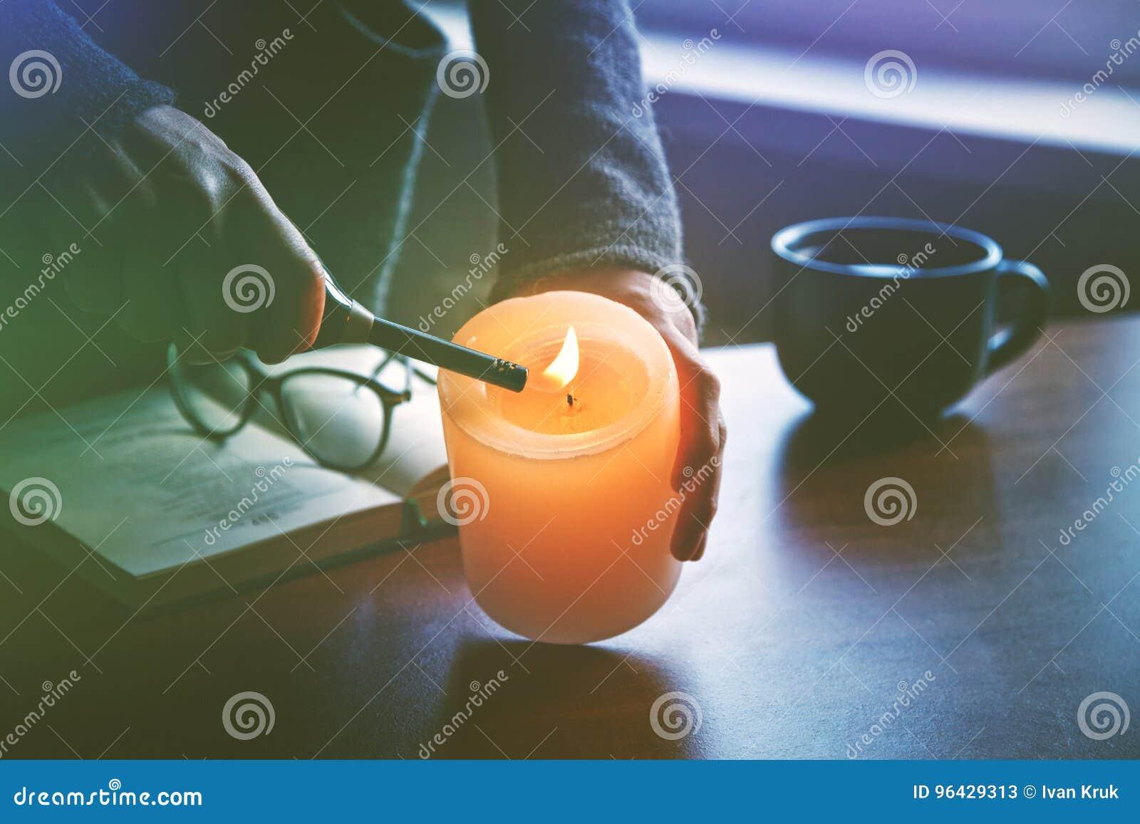 Mão que leve a vela antes do livro de leitura