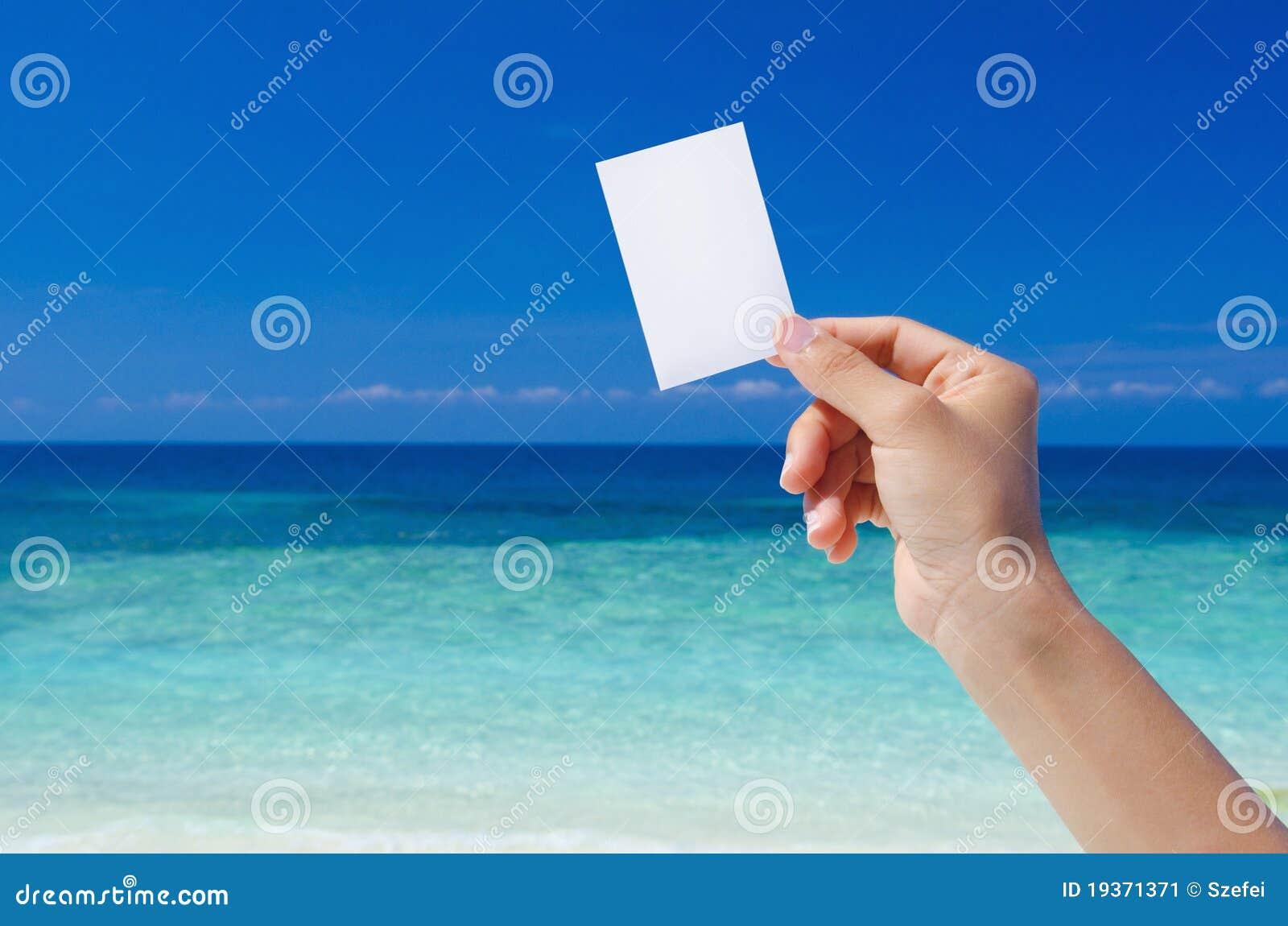 Mão que prende o cartão em branco