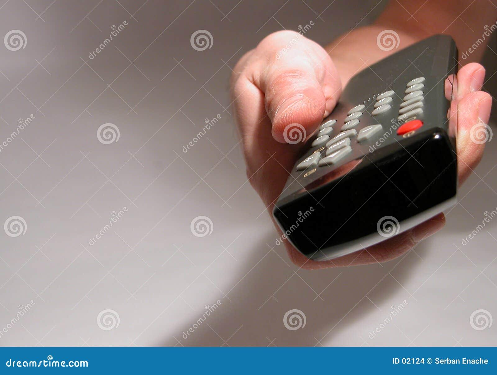 Mão que prende um telecontrole