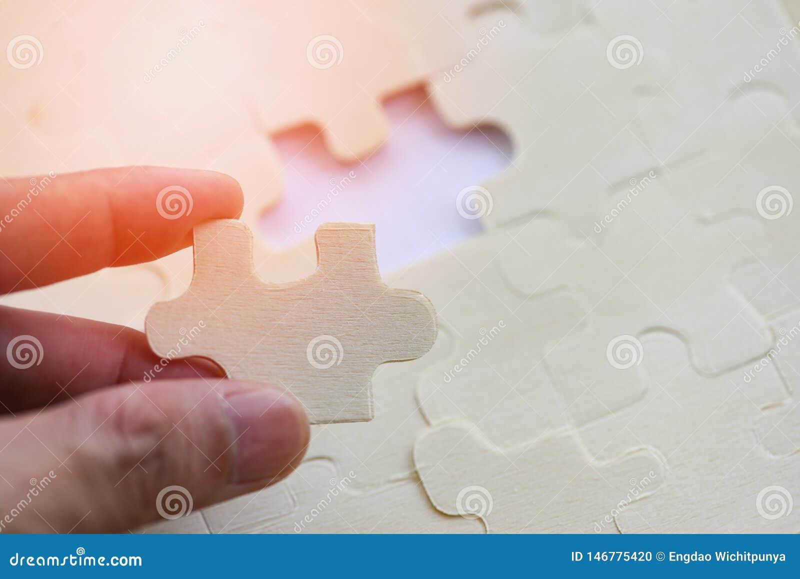 Mão que tenta conectar o enigma de serra de vaivém na conexão da parte da serra de vaivém do fundo