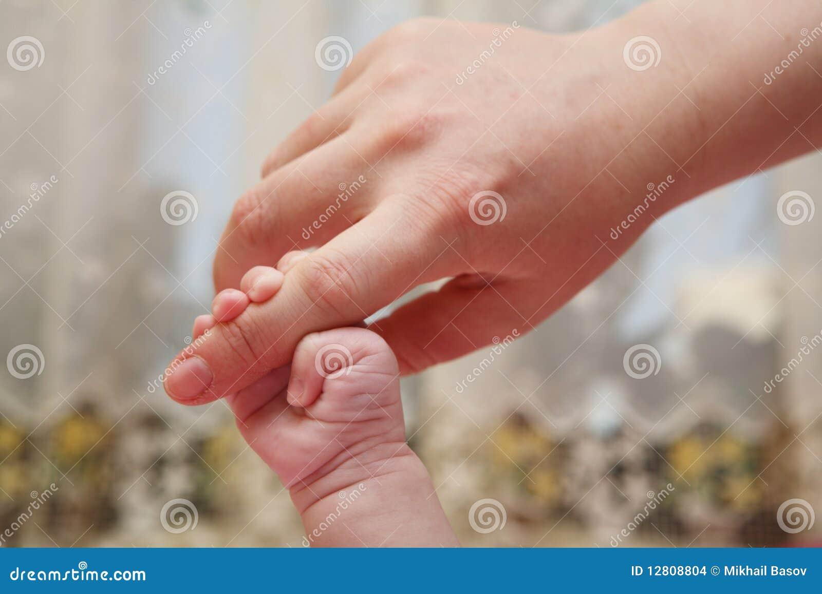 Mão recém-nascida