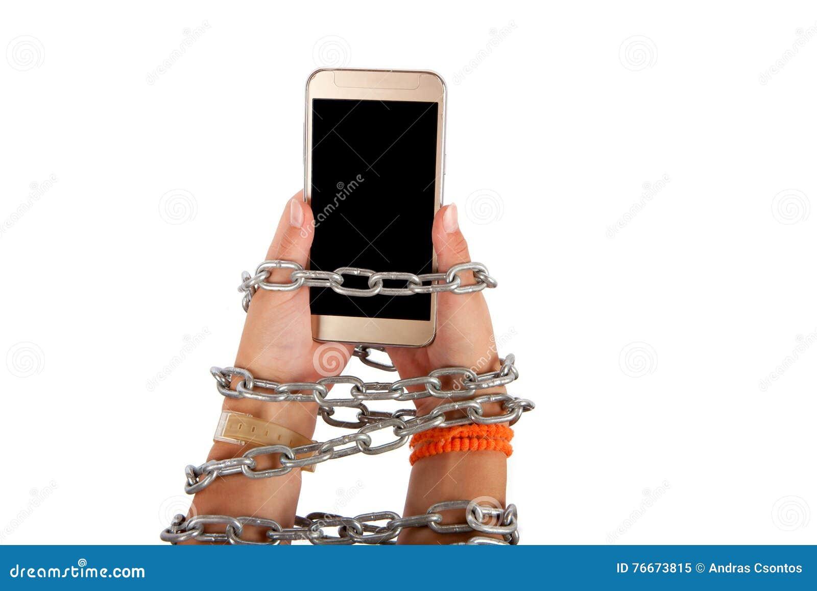 Mãos acorrentadas que guardam um smartphone