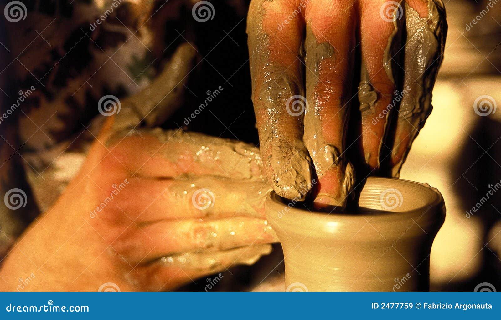 Mãos artísticas da cerâmica