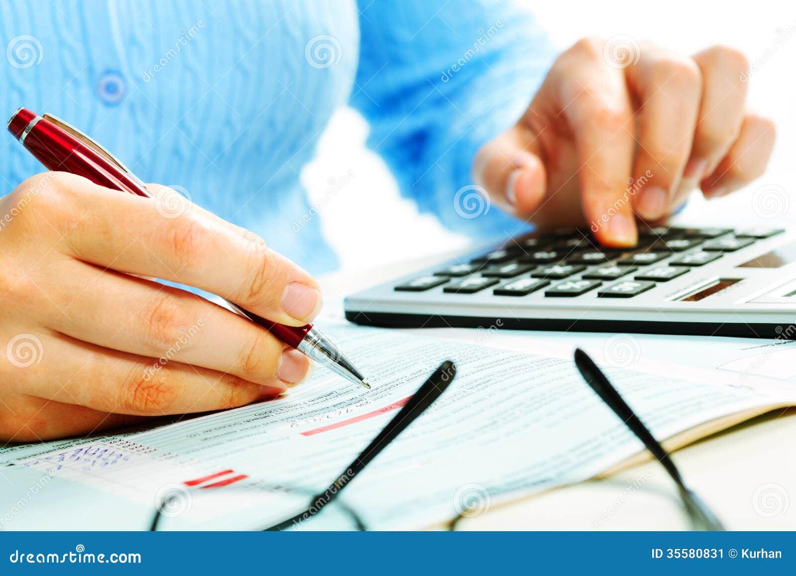 Mãos com calculadora.