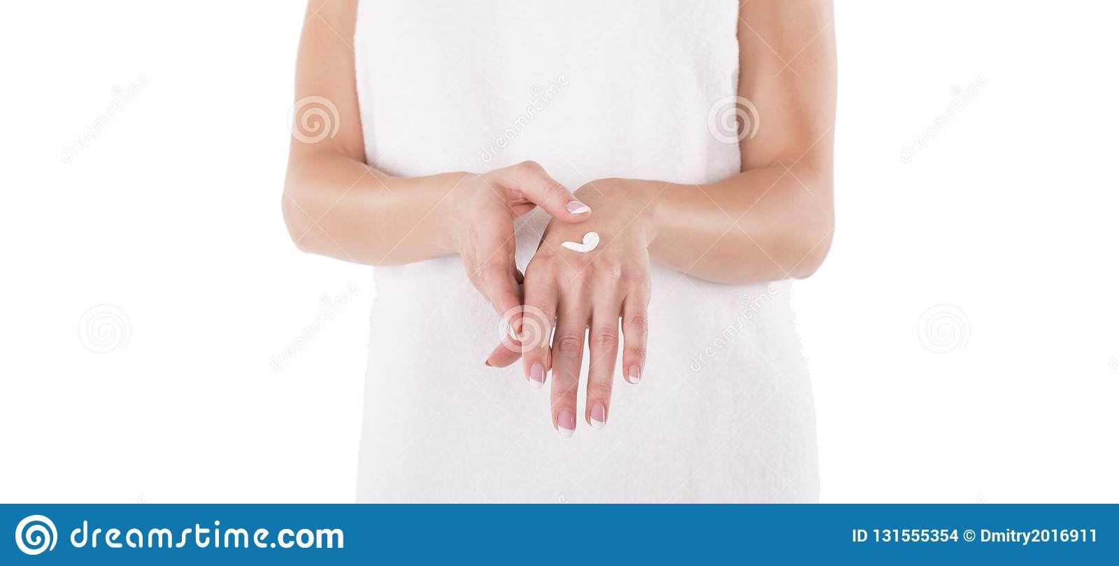 Mãos com o creme isolado no branco A mulher aplica o creme