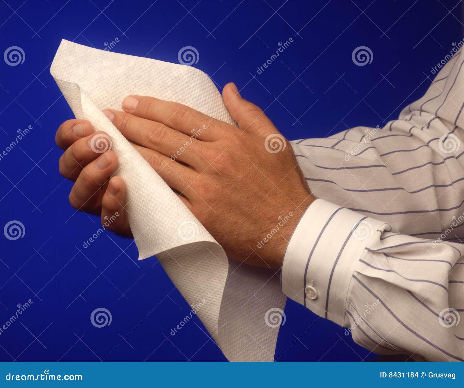 Mãos com toalha de papel.
