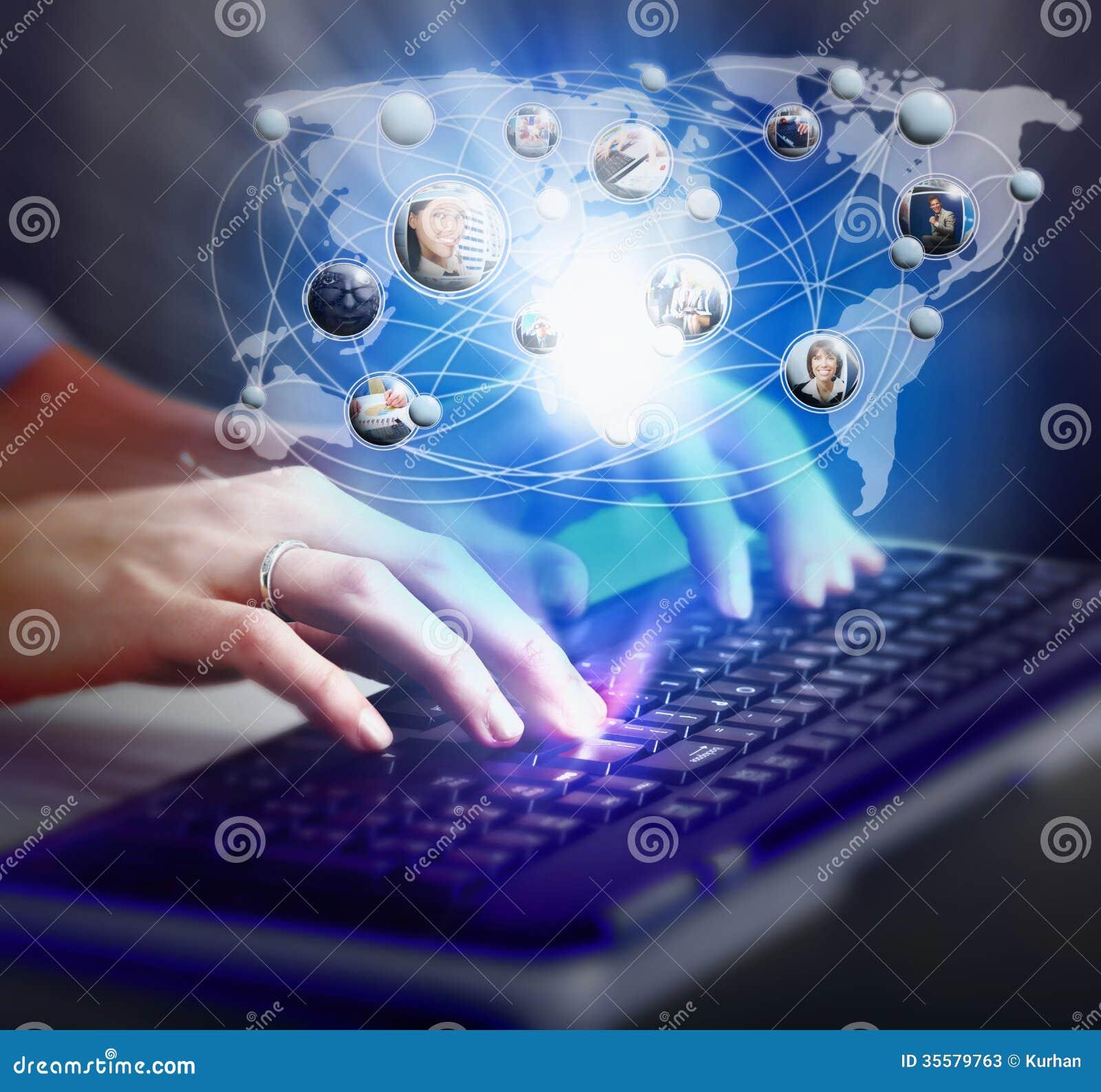 Mãos com um teclado de computador.