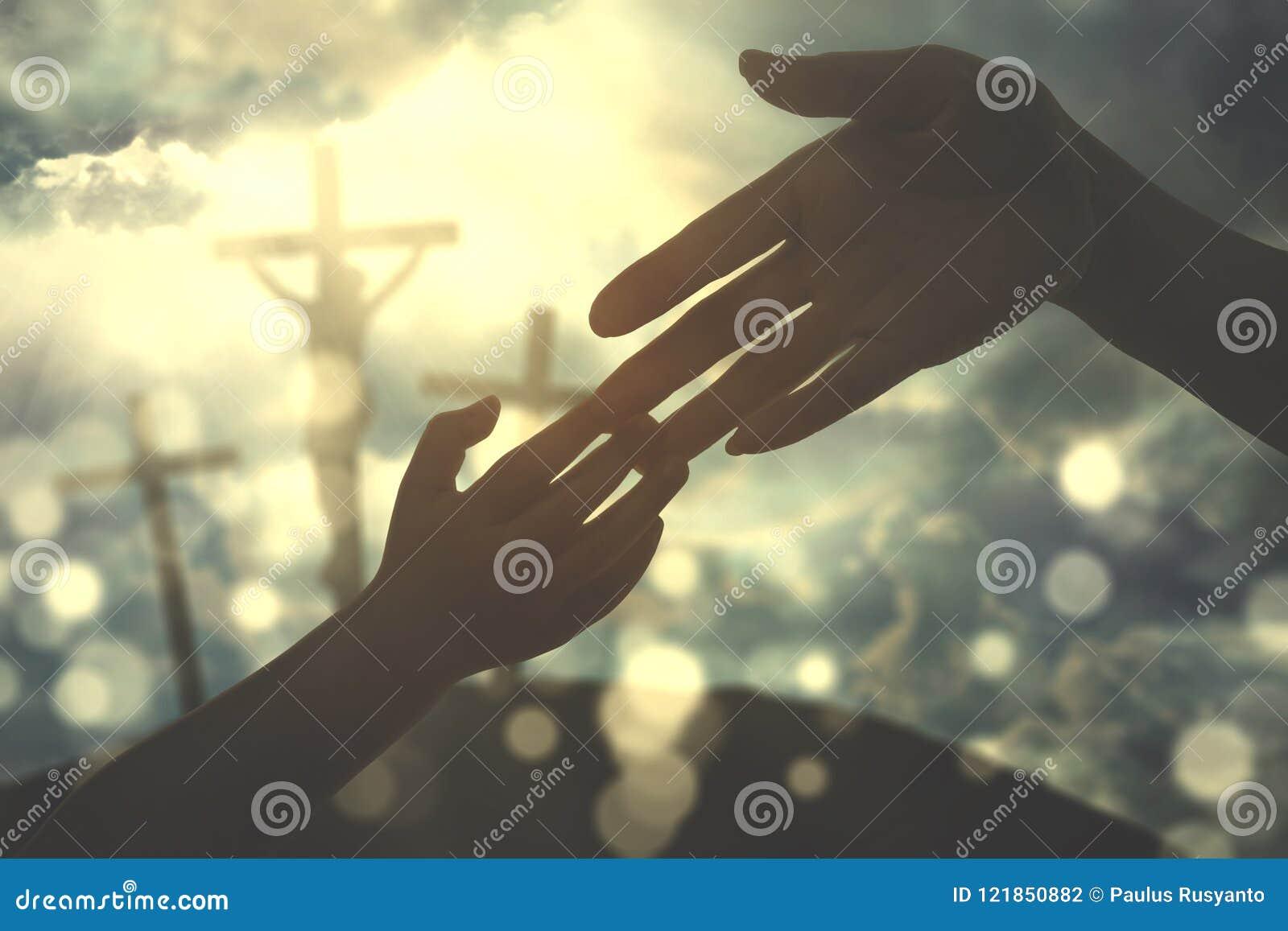 Mãos da criança que guardam a mão do ` s do pai