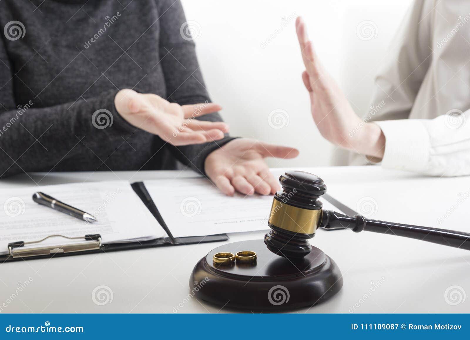 Mãos da esposa, decreto do marido do divórcio de assinatura, dissolução, cancelando a união, originais da separação legal, arquiv