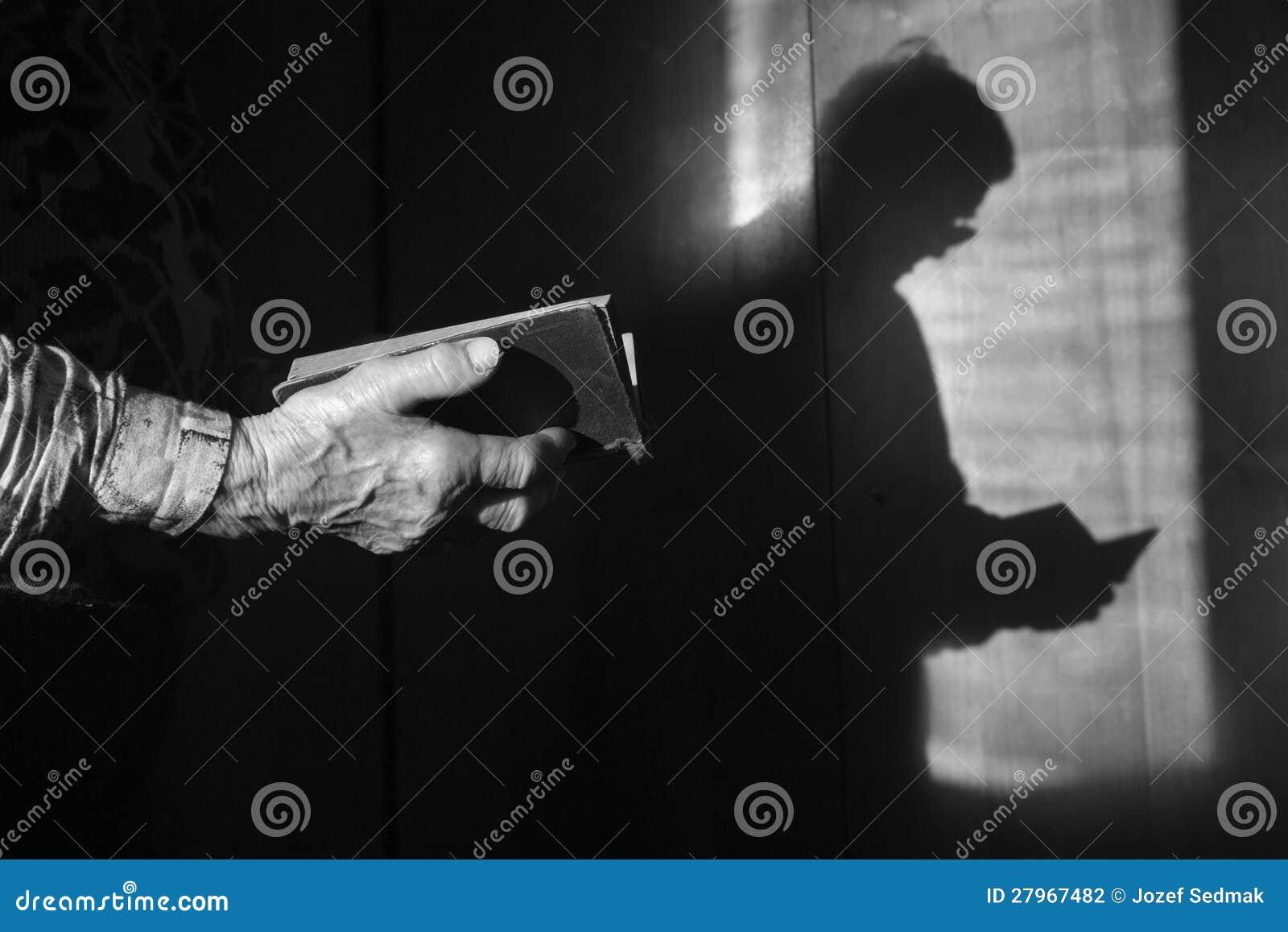 Mãos da mulher adulta na oração da manhã