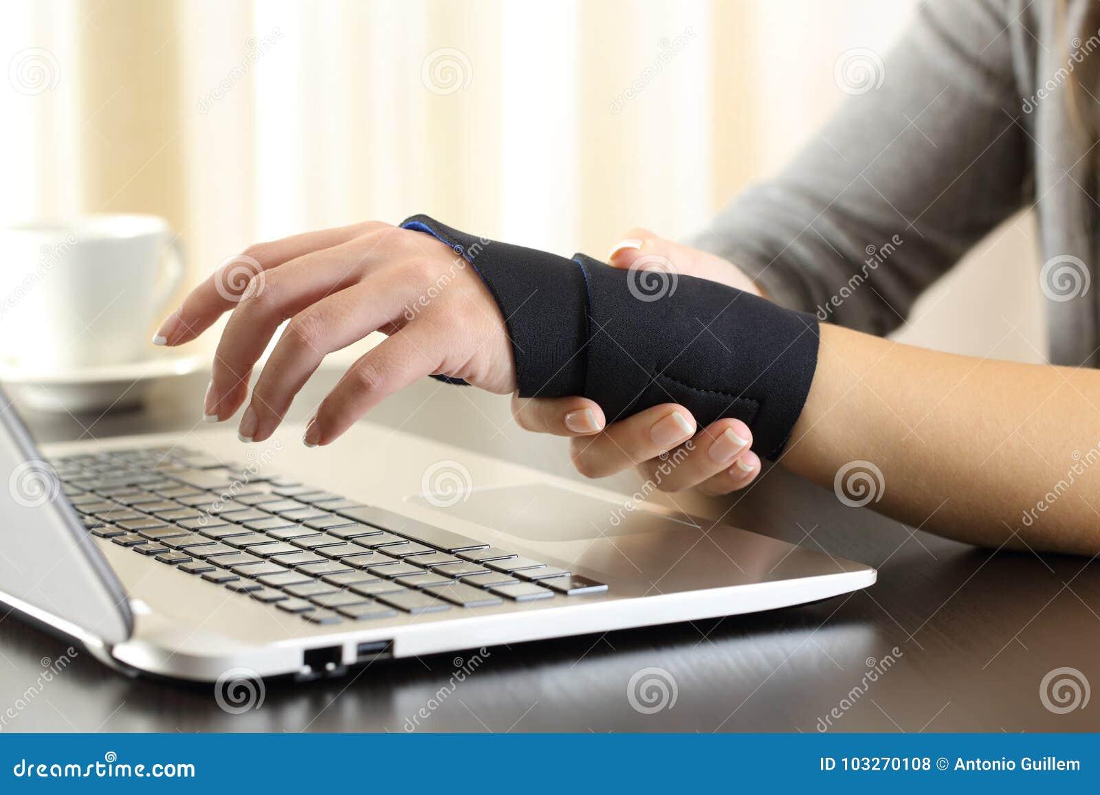 Mãos da mulher com o pulso ferido que queixa-se